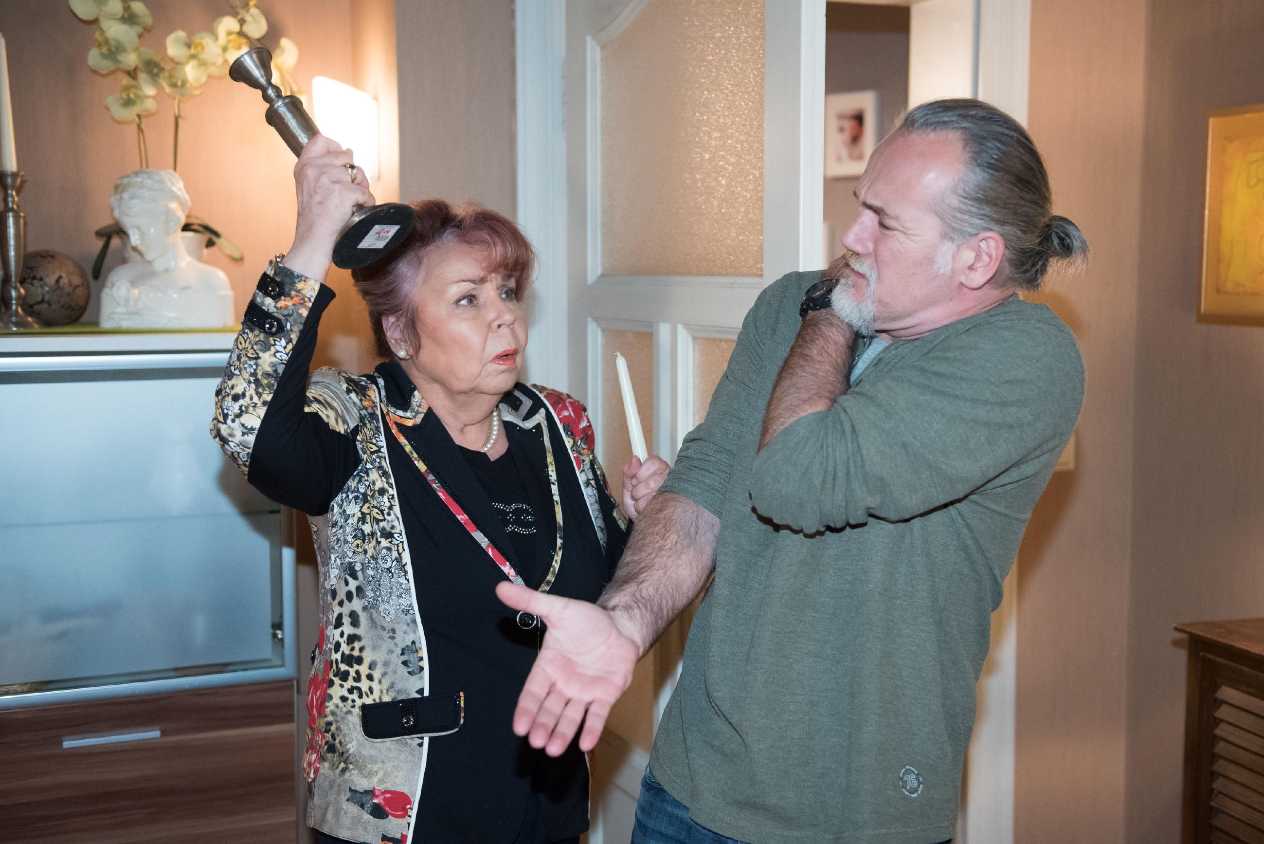 Als Roswitha (Andrea Brix) in der Nacht einen Eindringling in der Wohnung hört, schlägt sie versehentlich Robert (Luca Maric) nieder... (Quelle: Foto: RTL / Stefan Behrens)