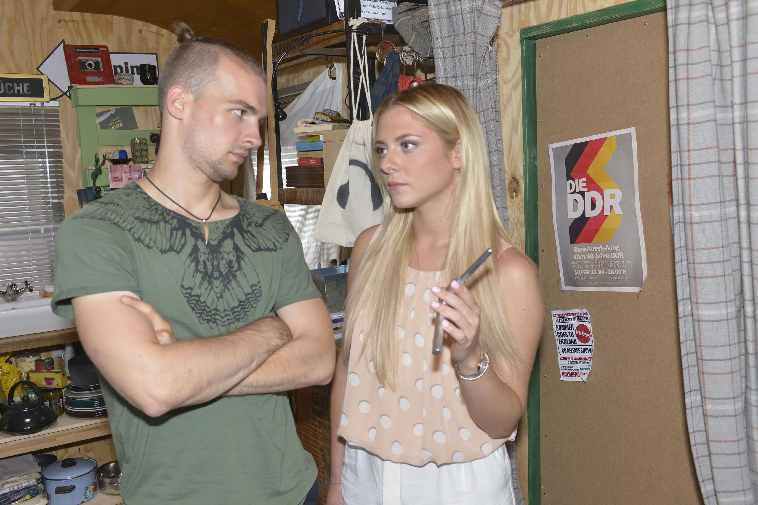 Sunny (Valentina Pahde) ist froh, in Chris (Eric Stehfest) einen guten Freund gefunden zu haben. Oder ist es mehr als nur Freundschaft? (Quelle: RTL / Rolf Baumgartner)