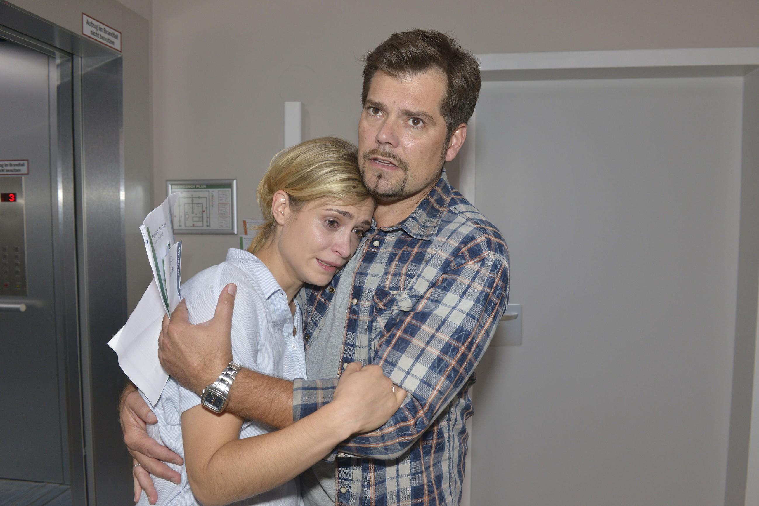 Sophie (Lea Marlen Woitack) und Leon (Daniel Fehlow) sind von der Diagnose der Fruchtwasseruntersuchung geschockt... (Quelle: RTL / Rolf Baumgartner)