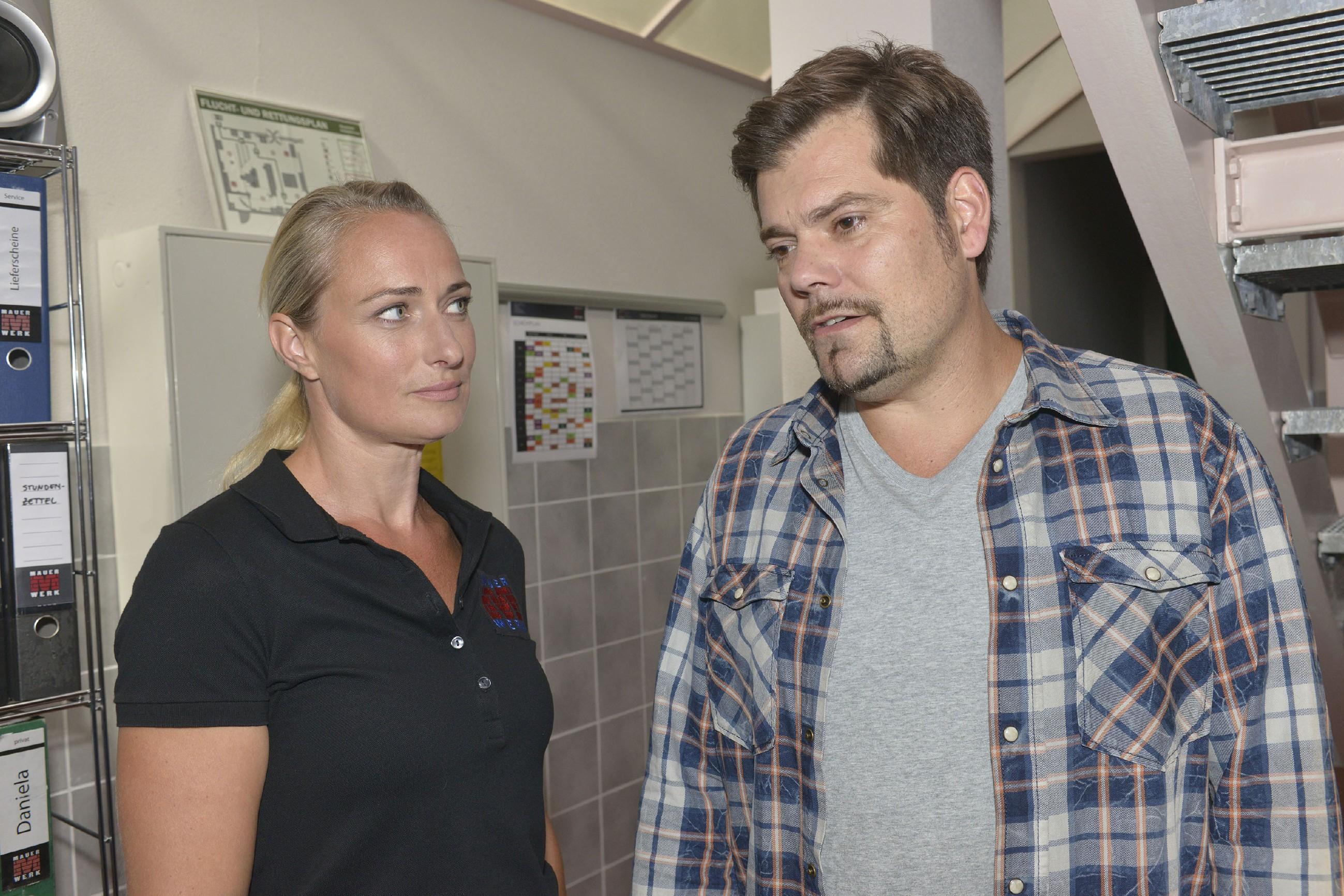 Maren (Eva Mona Rodekirchen) erkennt Leons (Daniel Fehlow) Angst vor dem Ergebnis der Fruchtwasseruntersuchung und macht ihm Mut. (Quelle: RTL / Rolf Baumgartner)