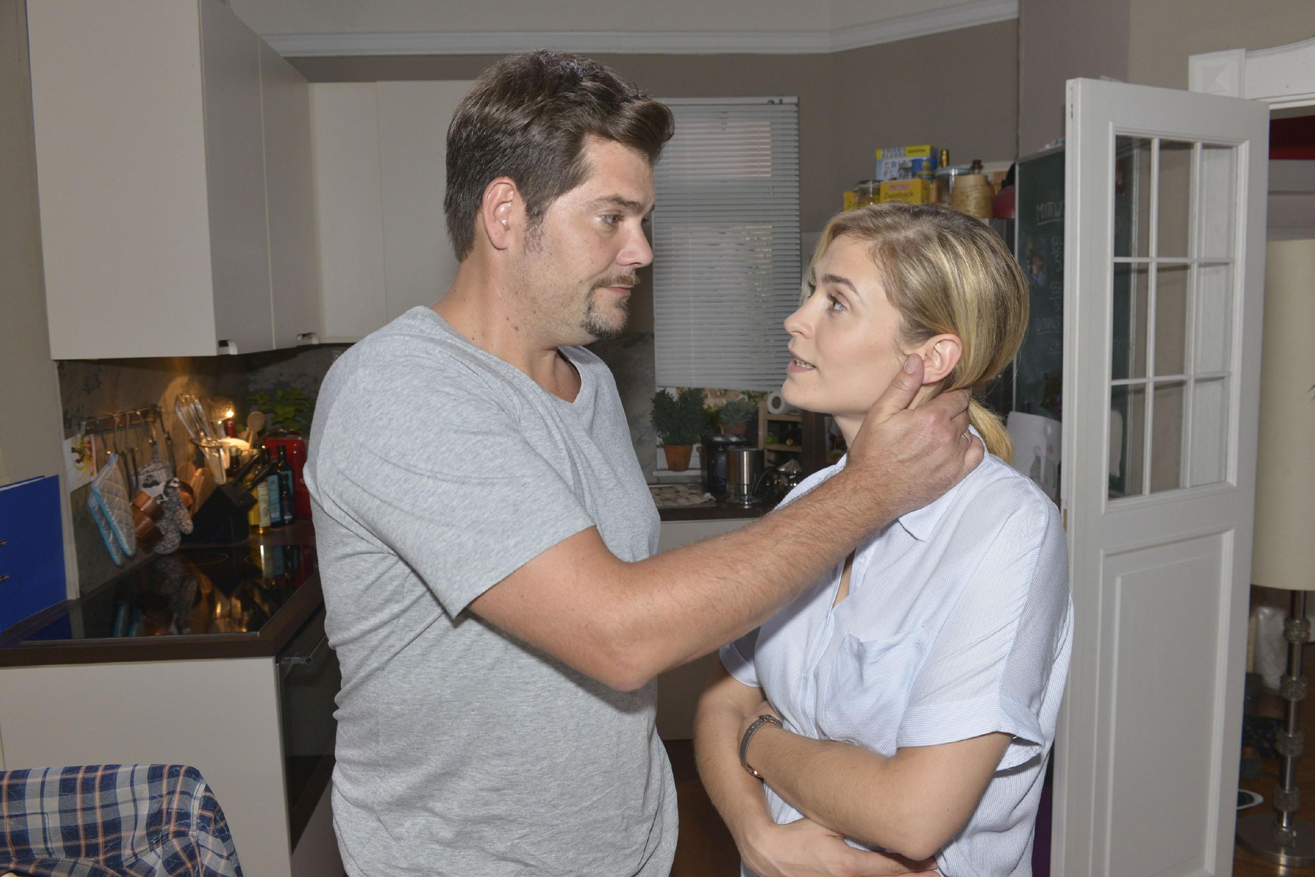 Leon (Daniel Fehlow) willigt Sophie (Lea Marlen Woitack) zuliebe ein, auf die Frühdiagnostik zu verzichten, doch die Ungewissheit macht beiden zu schaffen. (Quelle: RTL / Rolf Baumgartner)