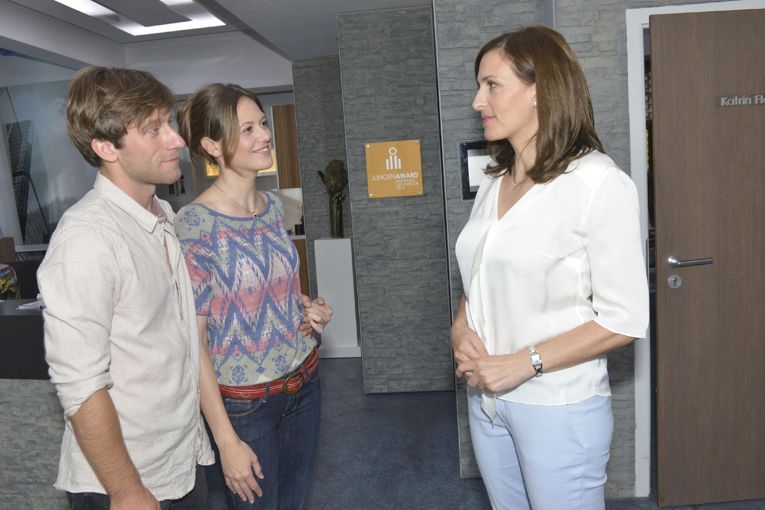 Katrin (Ulrike Frank, r.) versetzt es einen Stich, als Bommel (Merlin Leonhardt) ihr seine neue Freundin Sarah (Katja Sieder) vorstellt. (Quelle: RTL / Rolf Baumgartner)