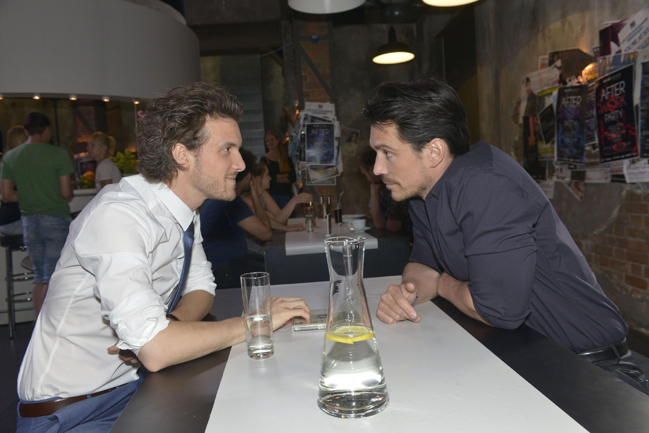 David (Felix Christopher, r.) hofft, dass er Felix (Thaddäus Meilinger) vertrauen kann. (Quelle: RTL / Rolf Baumgartner)
