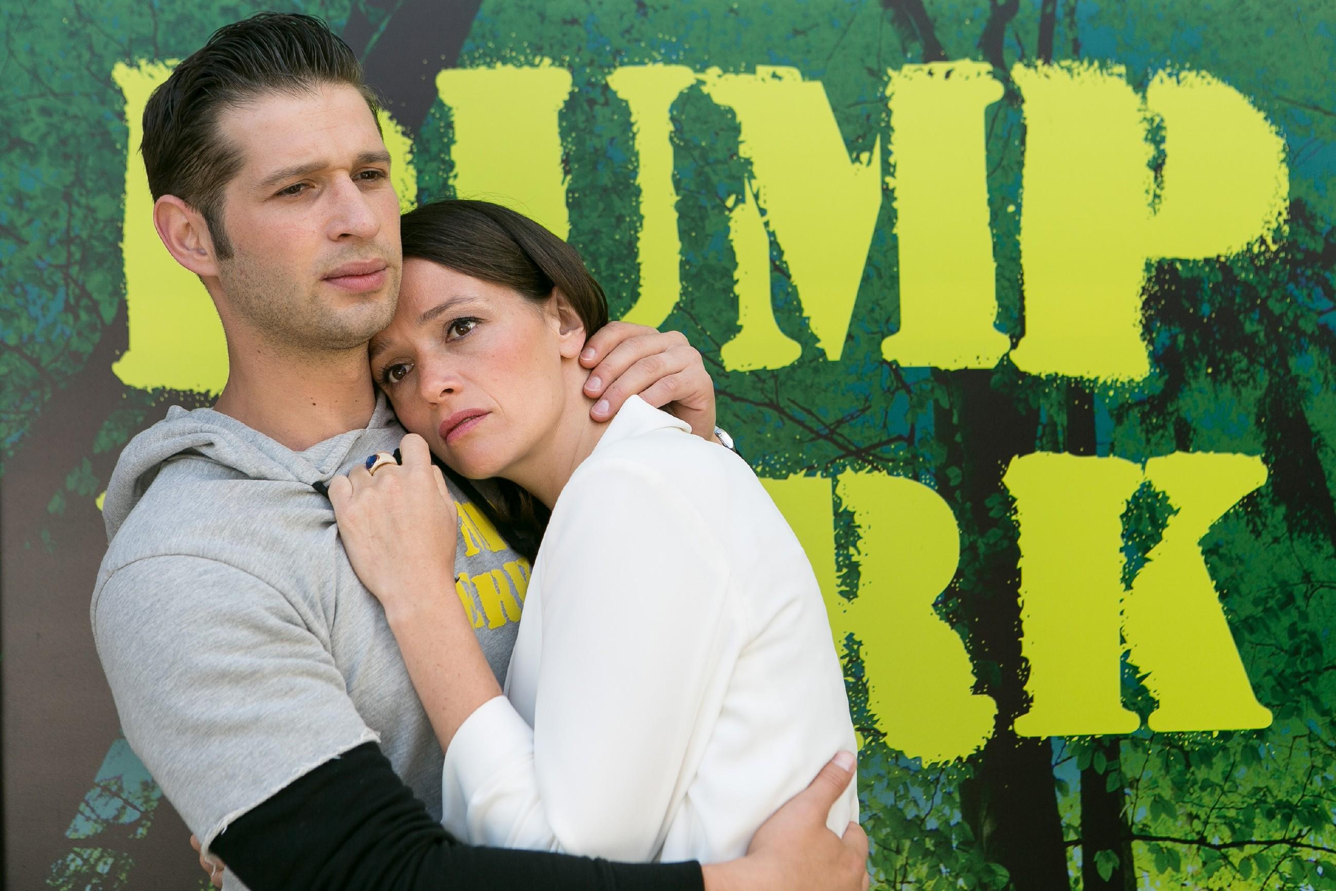Jenny (Kaja Schmidt-Tychsen) sucht Deniz' (Igor Dolgatschew) Nähe, um ihn in Simones Entführung einzuweihen und sich von ihm auffangen zu lassen. Doch Deniz versteht Jennys Anliegen falsch und gesteht ihr seine Gefühle... (Quelle: RTL / Kai Schulz)