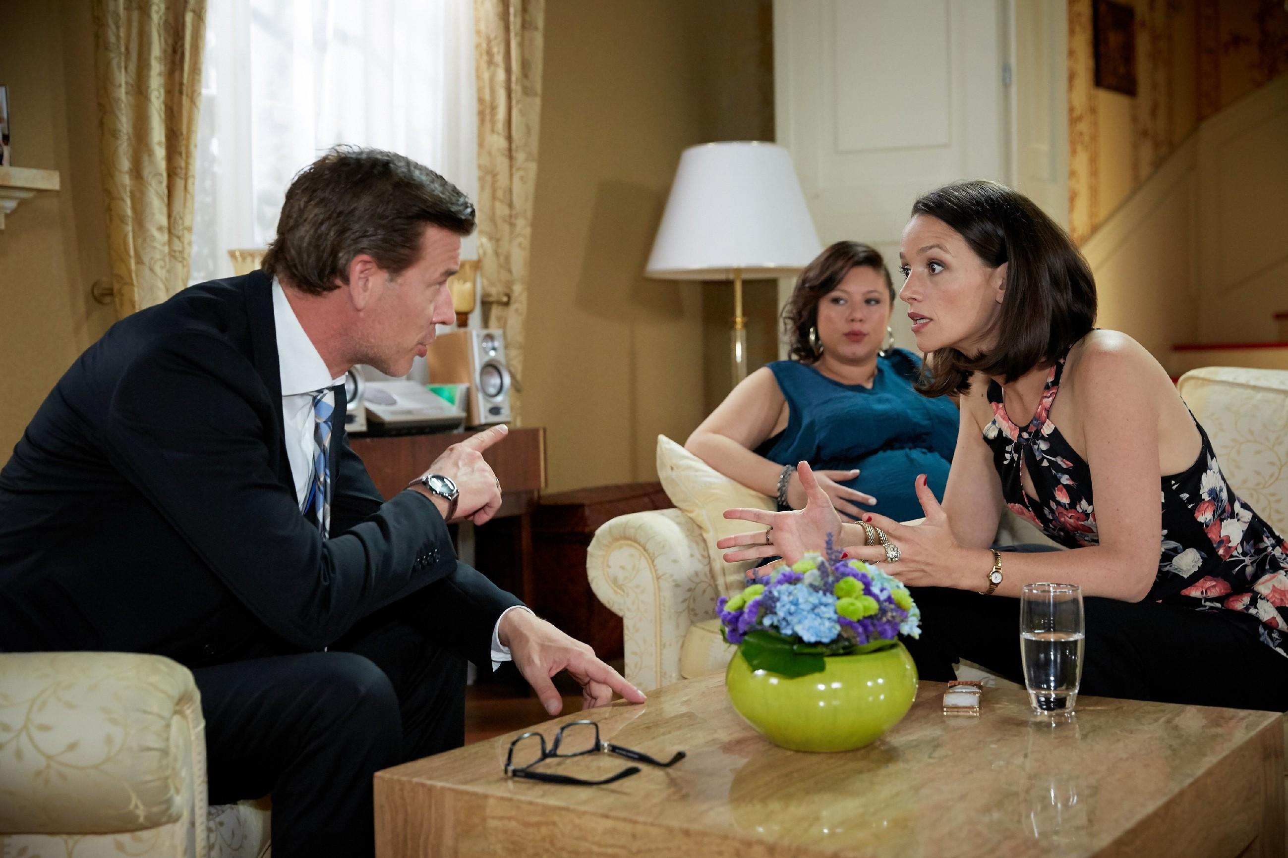 Christoph (Lars Korten), Vanessa (Julia Augustin) und Jenny (Kaja Schmidt-Tychsen) sind geteilter Meinung, ob man sich auf Kerbers Deal einlassen sollte oder nicht. (Quelle: RTL / Guido Engels)