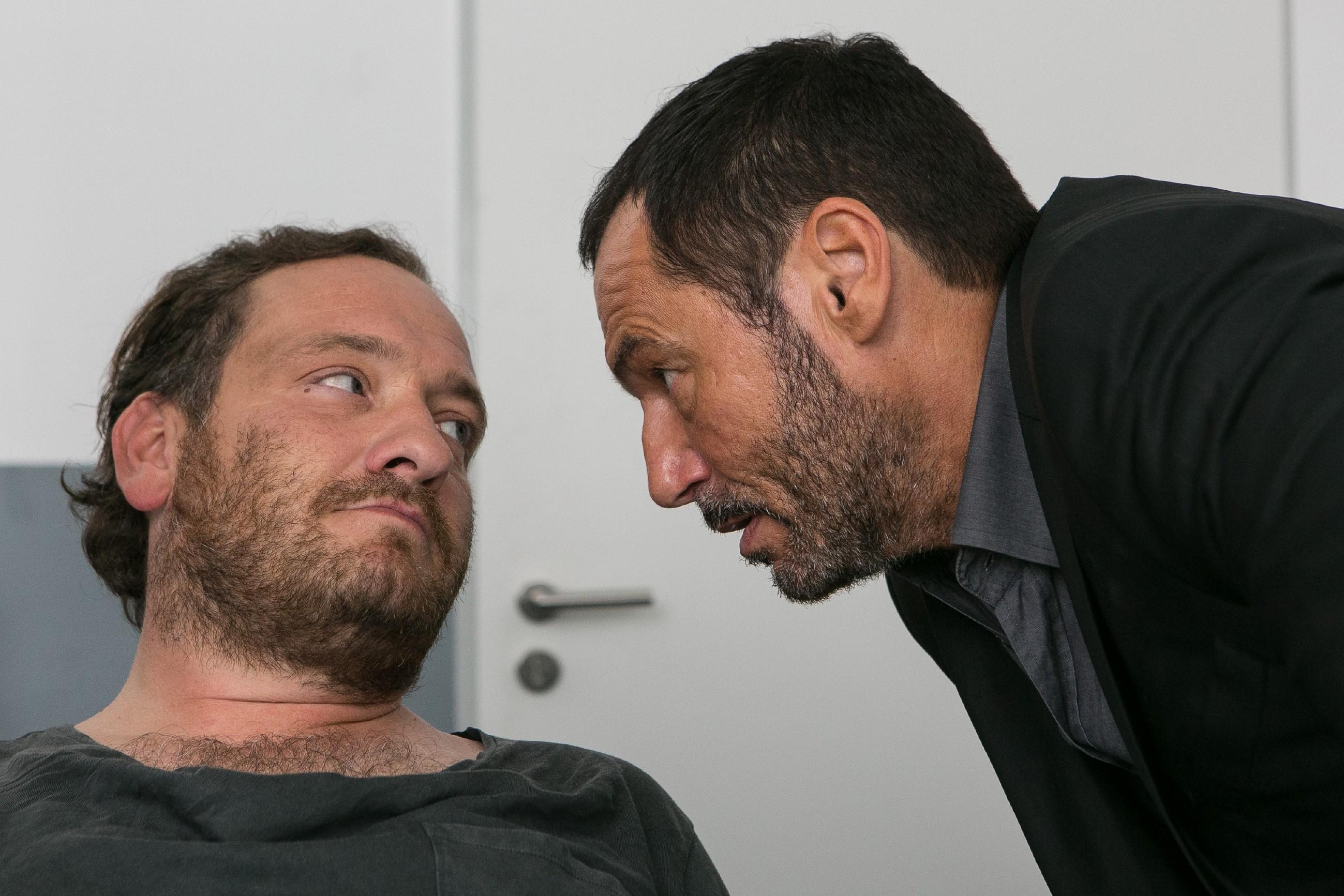 Kerber (Marcus Jakovljevic, l.) scheint bereit, Richard (Silvan-Pierre Leirich) Simones Versteck zu verraten - doch dafür verlangt er eine Gegenleistung. (Quelle: RTL / Kai Schulz)