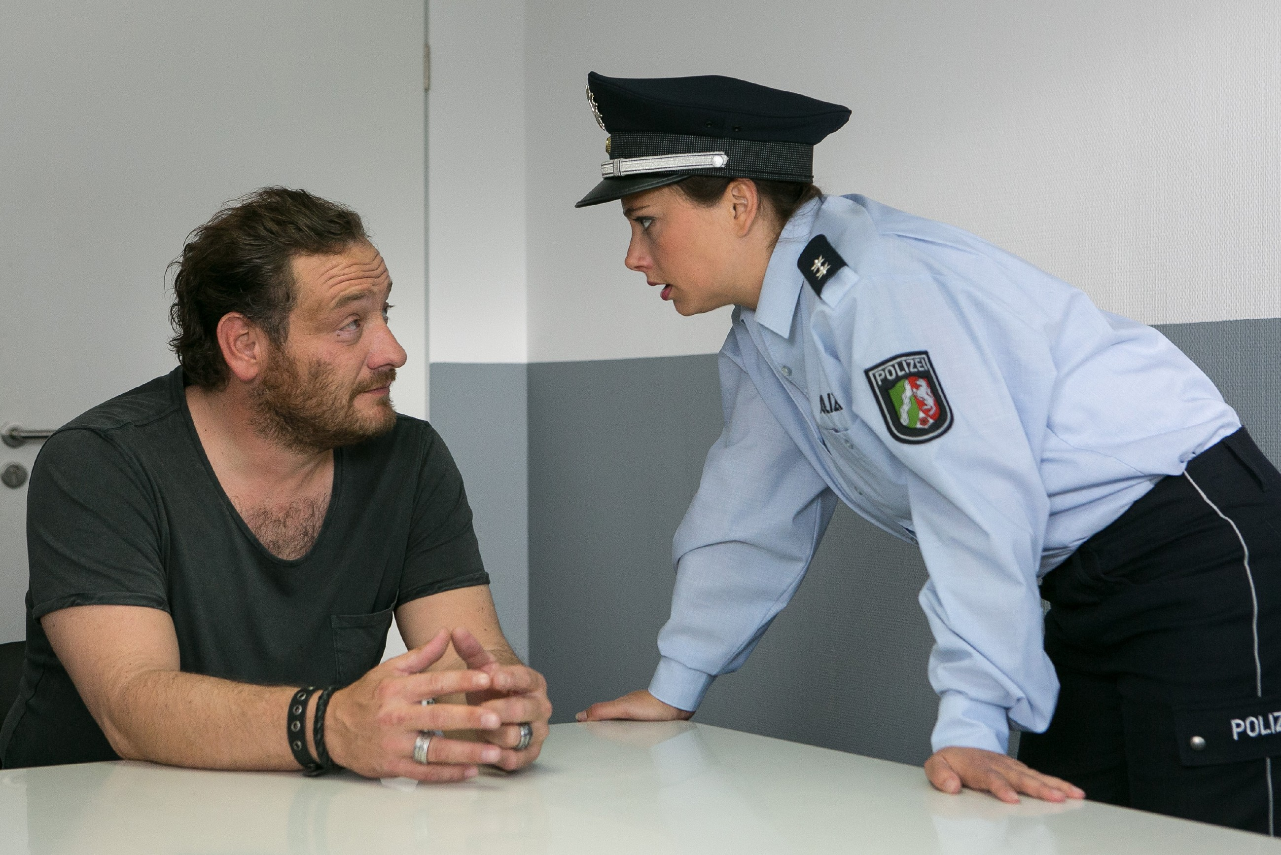 Carmen (Heike Warmuth) hat sich als Polizistin ausgegeben, um direkt mit Kerber (Marcus Jakovljevic) sprechen zu können. Doch wird er bereit sein, Simones Versteck zu verraten? (Quelle: RTL / Kai Schulz)