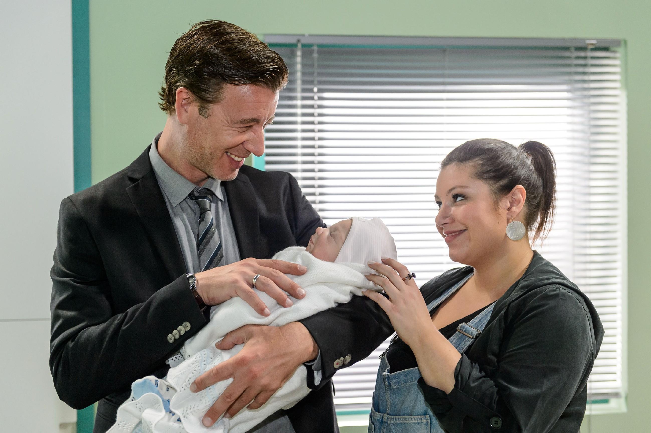 Vanessa (Julia Augustin) nimmt Christoph (Lars Korten) mit in die Kinderstation zu den Babys mit Herzfehlern und führt ihm damit vor Augen, dass es neben der Angst, ihr Kind könnte nicht überleben, auch Hoffnung gibt.