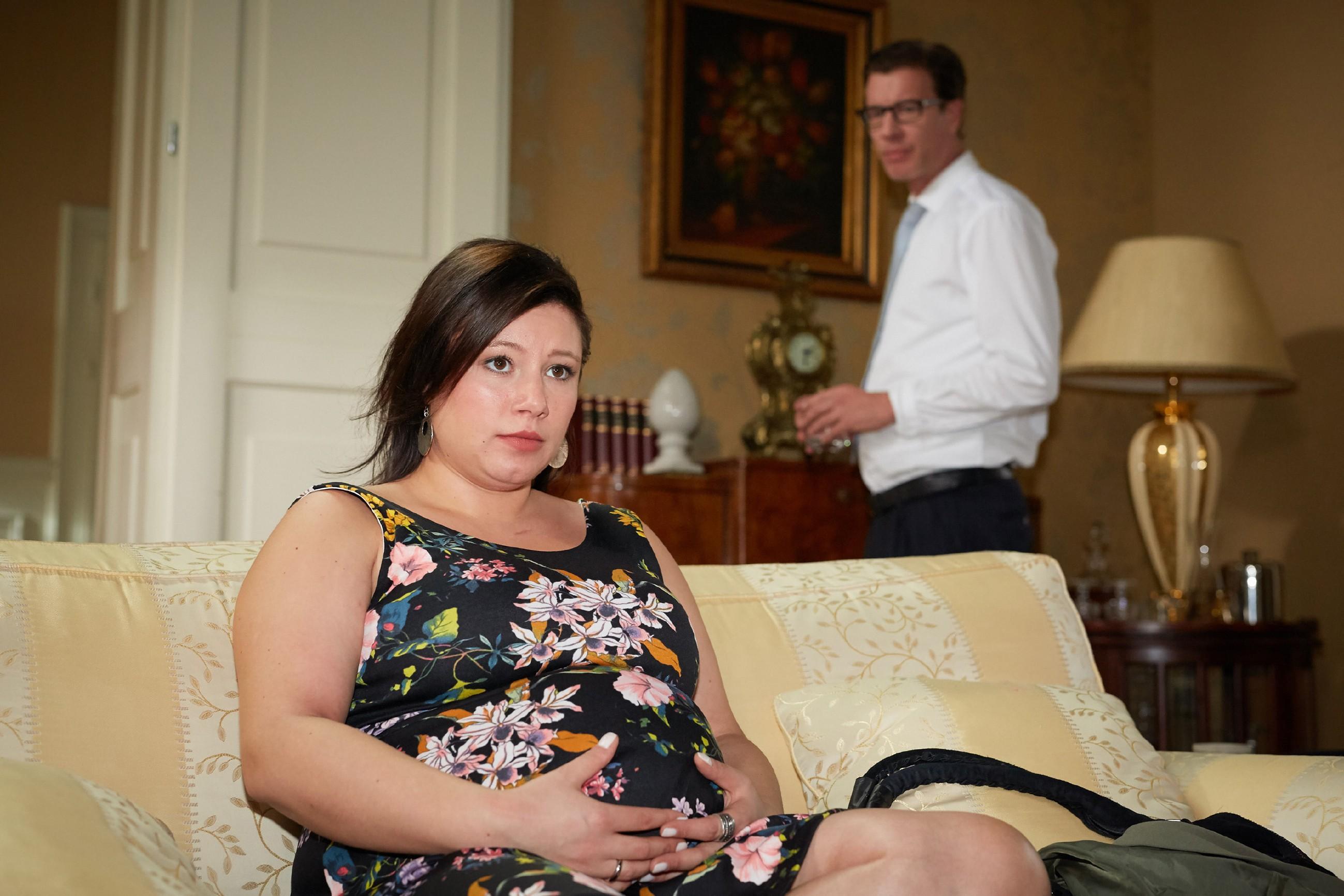 Christoph (Lars Korten) wird vor Augen geführt, dass es richtig ist, der schwangeren Vanessa (Julia Augustin) Simones Entführung zu verschweigen.