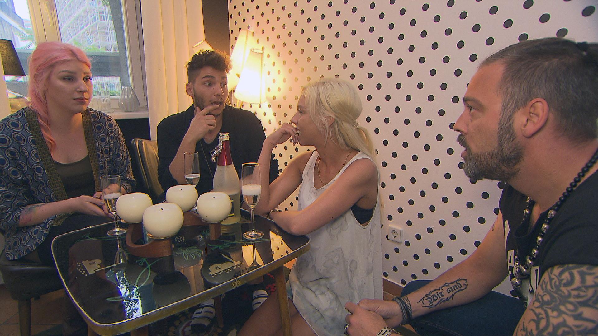 v-l-n-r.: Paula, Rick, Peggy, Theo (Quelle: RTL 2)