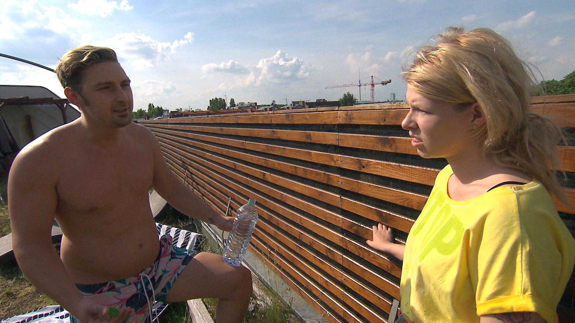Nina (re.) kommt sich im Loft fehl am Platz vor und beginnt daran zu zweifeln, dass ihre Entscheidung, nach Berlin zu gehen, die richtige war. Leon (li.) (Quelle: RTL 2)