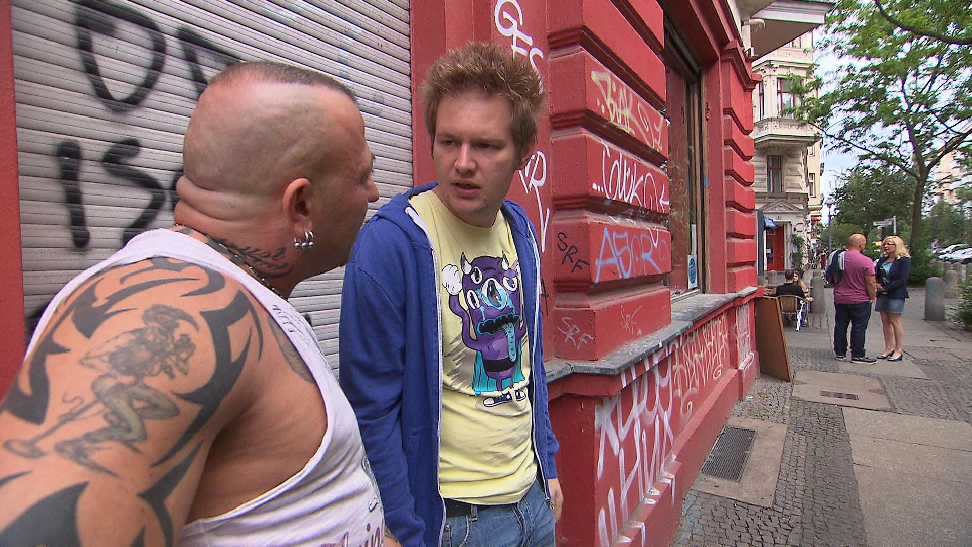 Joe geht es zwar gut, aber Ole (re.) findet, dass er irgendwie merkwürdig drauf ist. Fabrizio, li. (Quelle: RTL 2)
