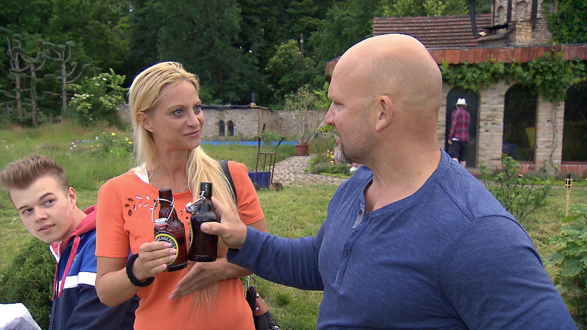 2 Dorfbewohner und Joe,re.Joe (Quelle: RTL 2)