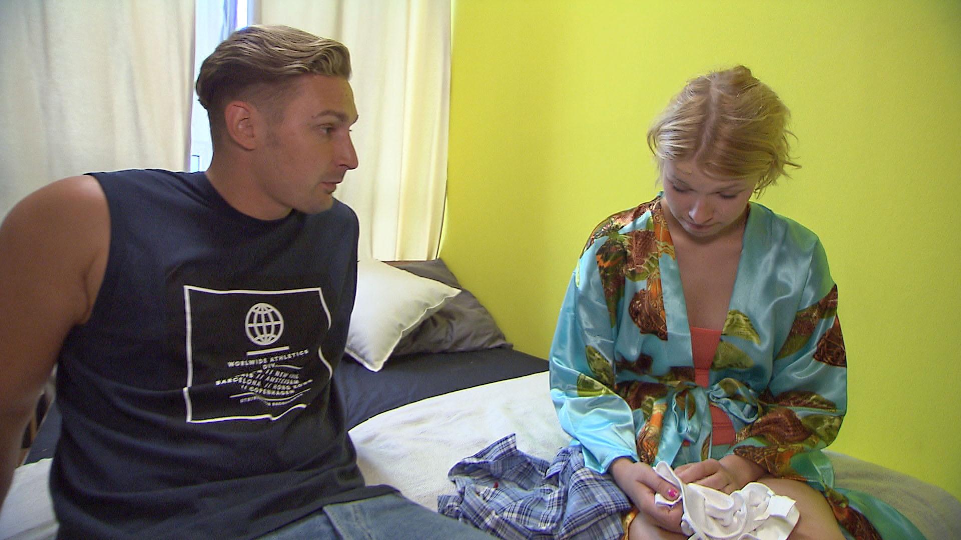 Nina,re. ist zutiefst beschämt, als ihre Schwärmerei für Leon,li. von allen Loft-Bewohnern offen diskutiert wird. (Quelle: RTL 2)