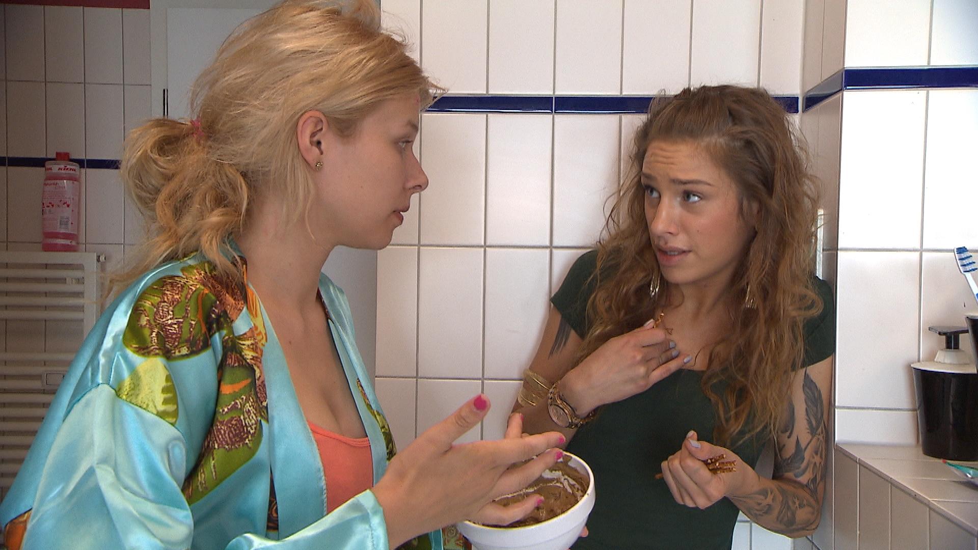 Milla,re. gibt Nina,li. nicht ansatzweise das Gefühl, in ihr eine Konkurrentin zu sehen. (Quelle: RTL 2)