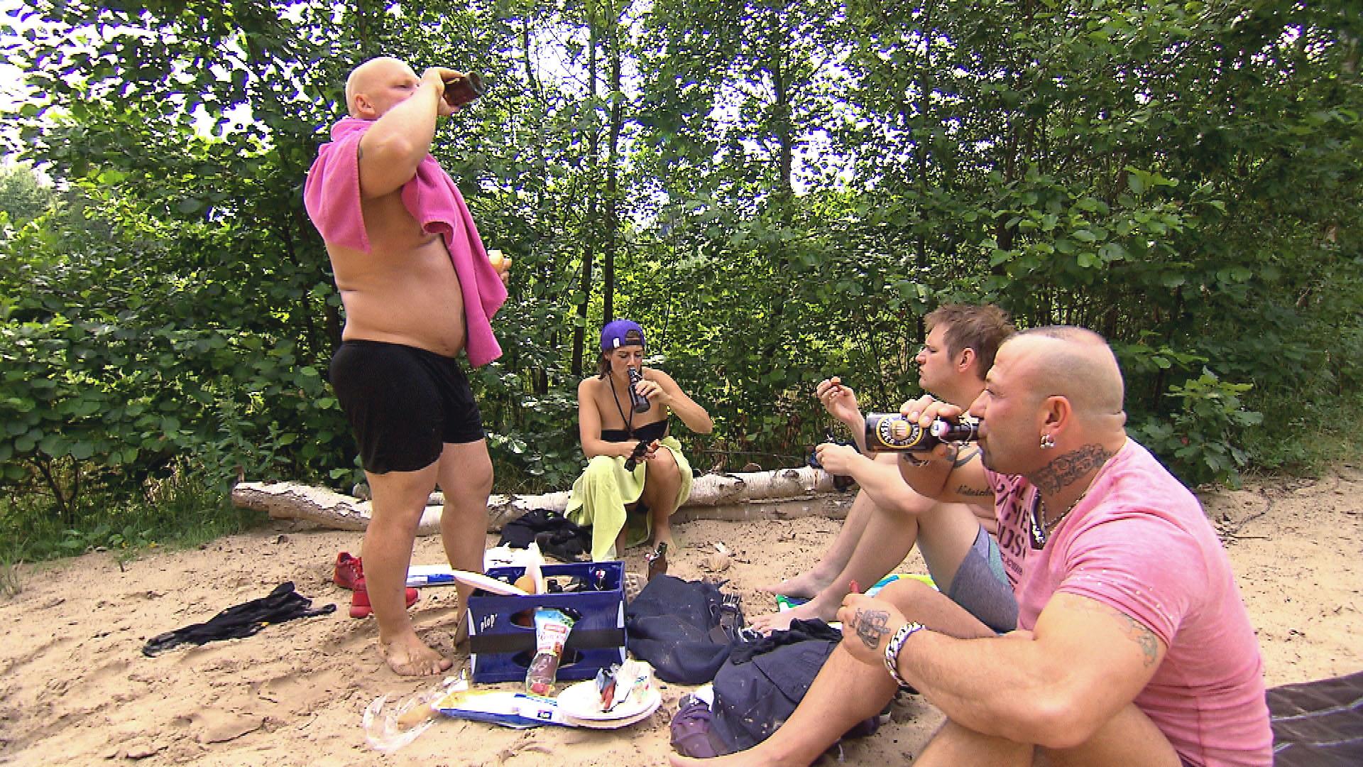 v.l.n.r.: Joe, Alina, Ole, Fabrizio auf einem Grillfest. (Quelle: RTL 2)