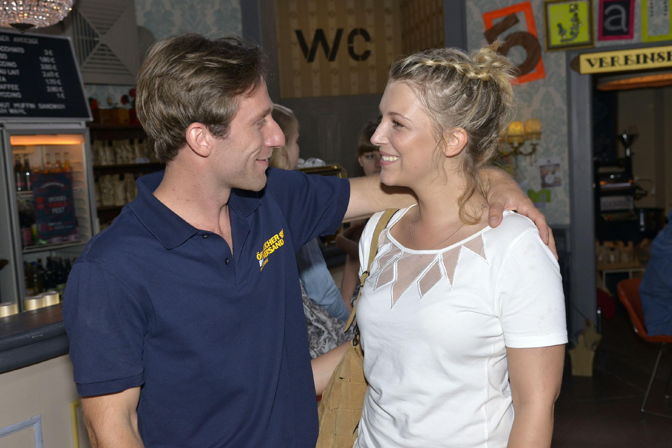 Lilly (Iris Mareike Steen) freut sich, dass Bommel (Merlin Leonhardt) wieder in der Stadt ist.