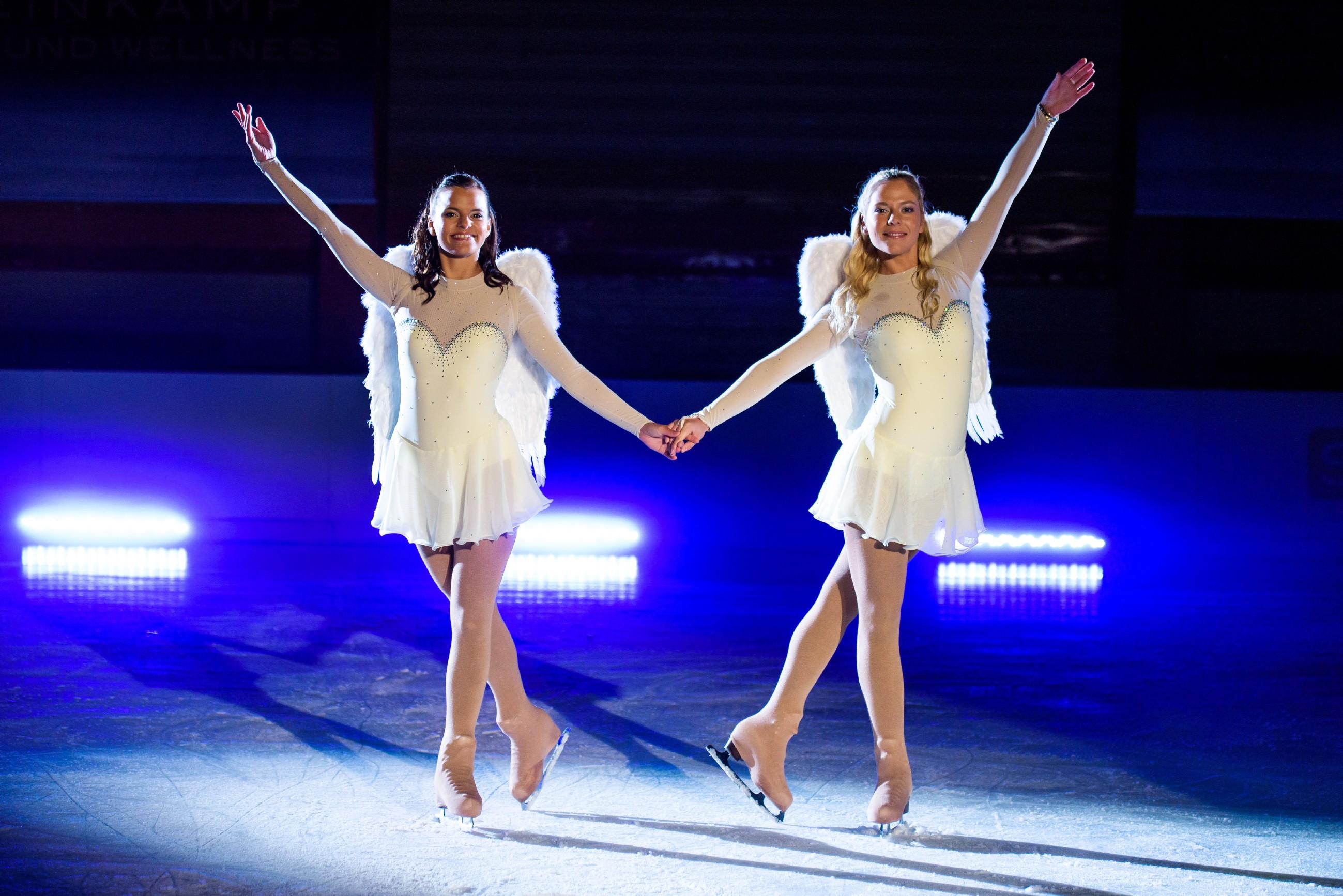 Michelle (Franziska Benz, l.) und Marie (Cheyenne Pahde) laufen gemeinsam eine mitreißende Kür.
