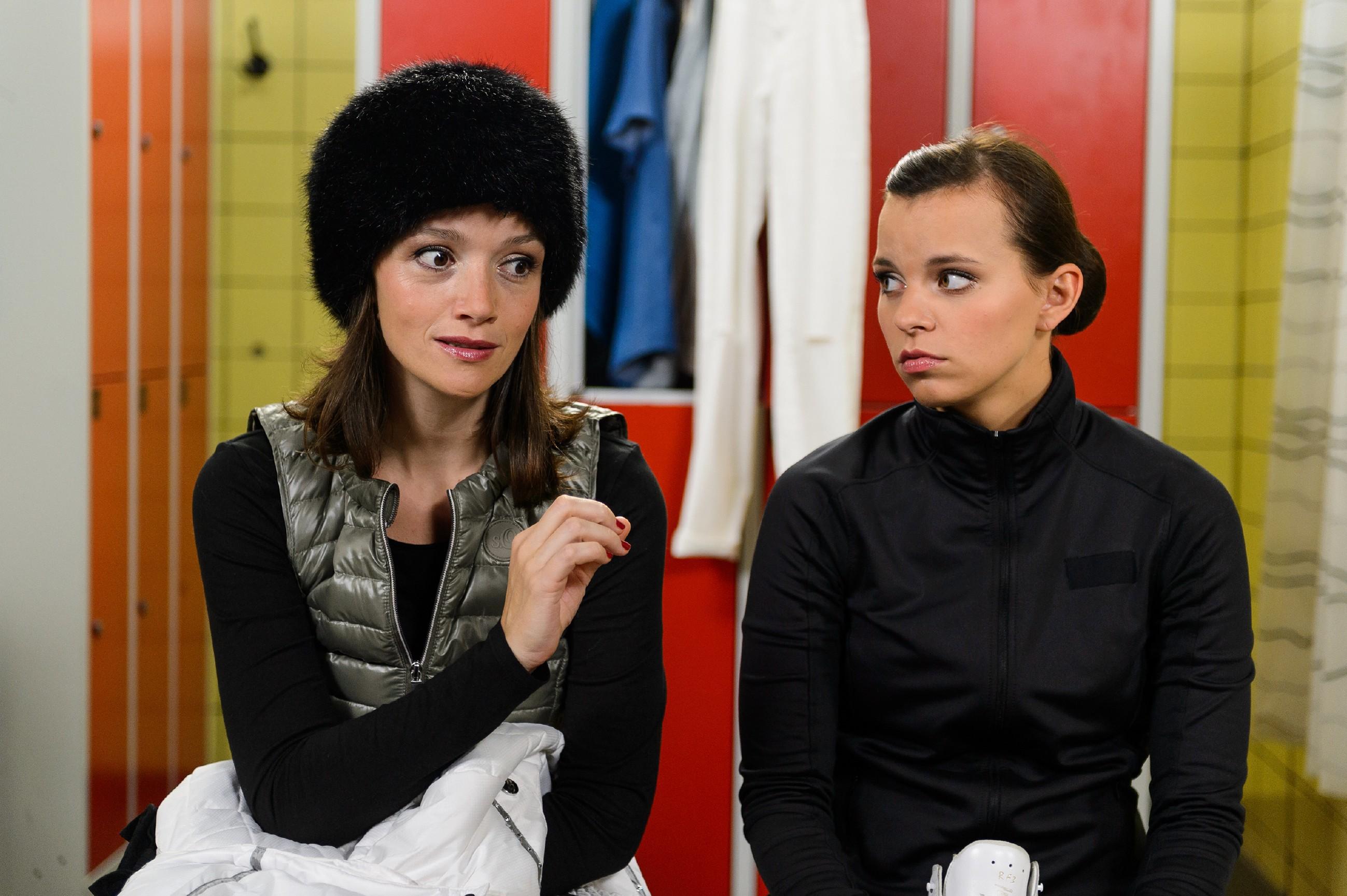 Obwohl Jenny (Kaja Schmidt-Tychsen, l.) Deniz´ Unschuld beweisen könnte, will sie ihn opfern und vertraut sich Michelle (Franziska Benz) an.