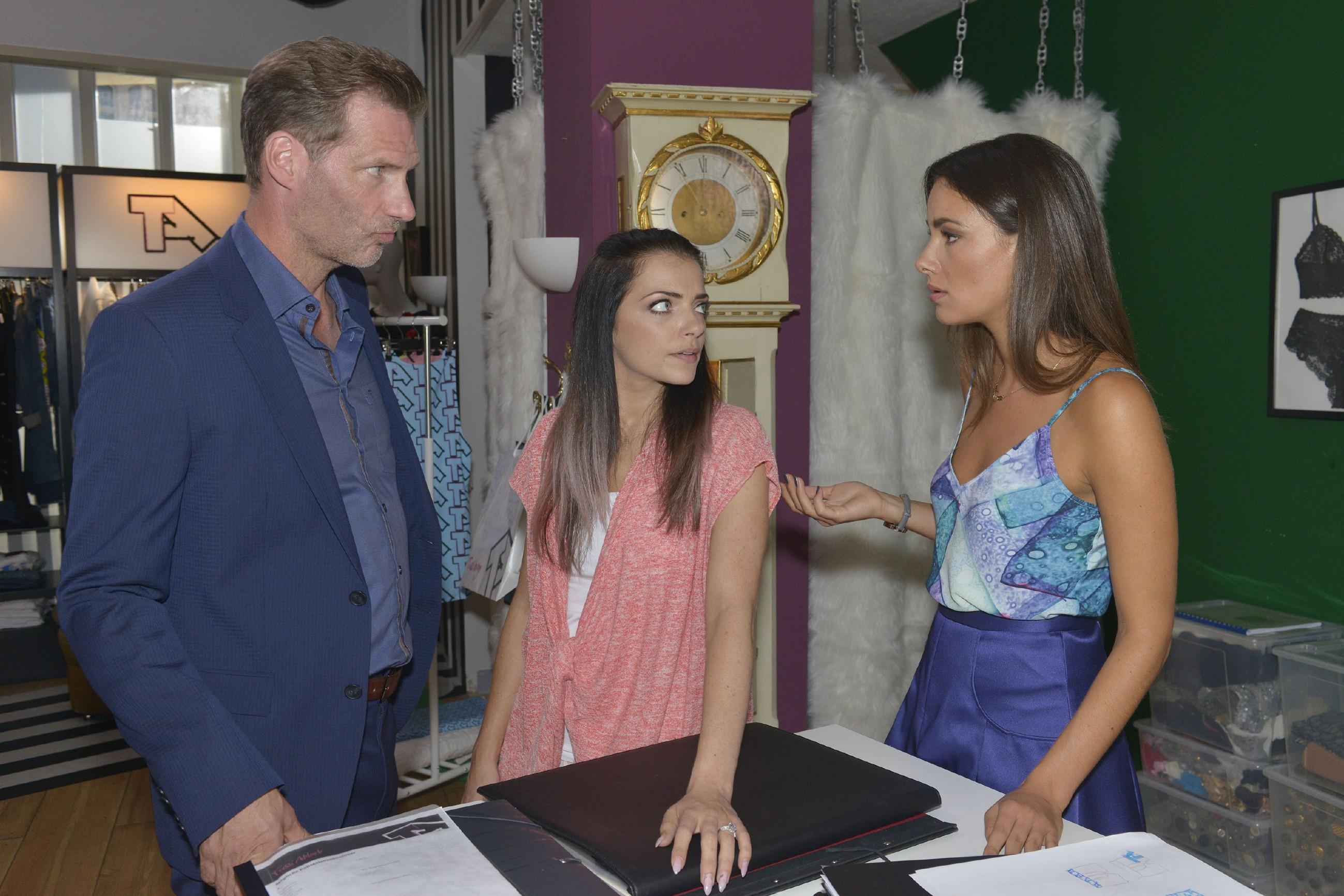 Als Alexander (Clemens Löhr) und Jasmin (Janina Uhse, r.) über das anstehende Fotoshooting besprechen, ist Emily (Anne Menden) sauer, weil sie nicht dabei sein kann.