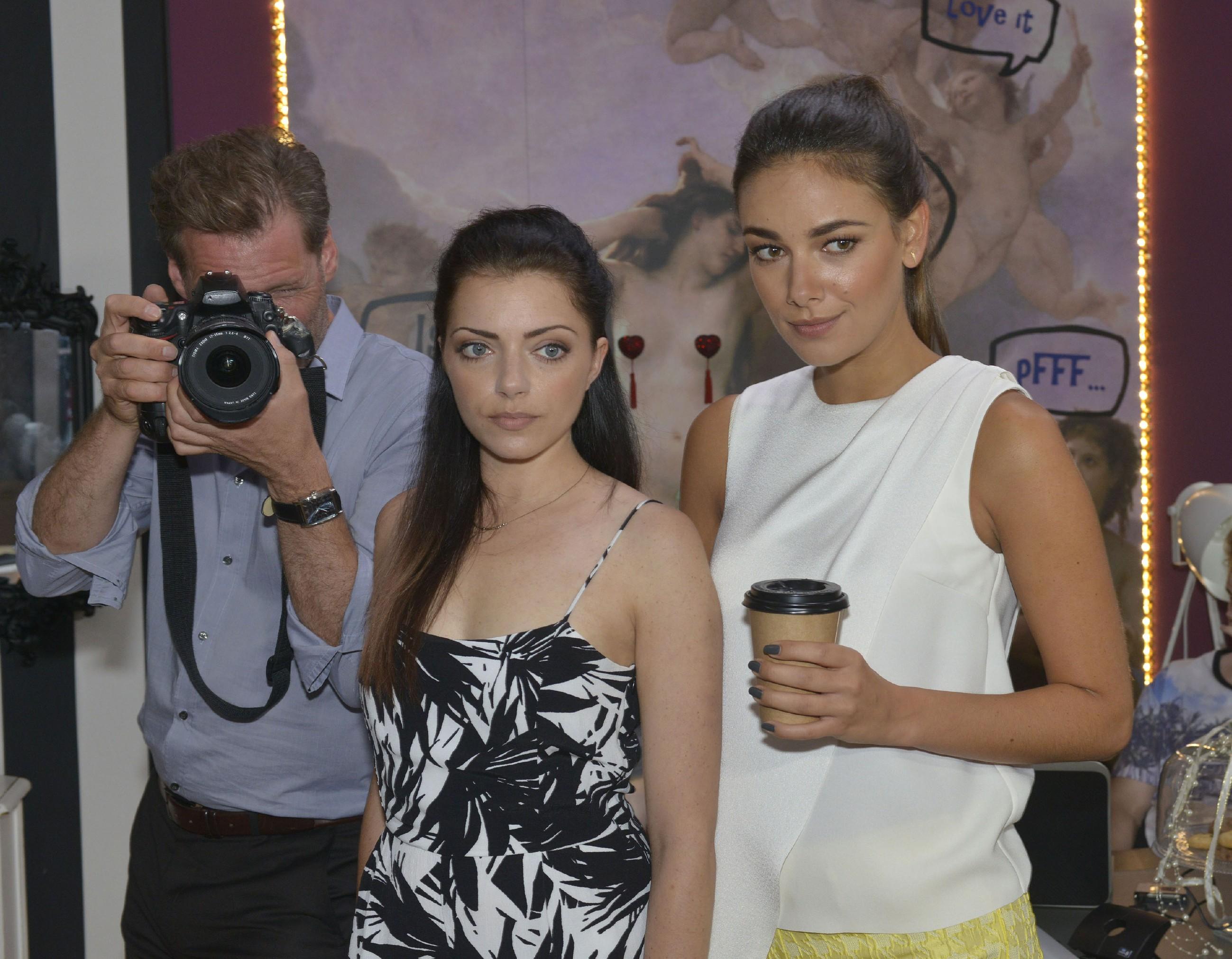 Mit Alexanders (Clemens Löhr) Unterstützung versuchen Emily (Anne Menden, M.) und Jasmin (Janina Uhse) ihr Modelabel ins richtige Licht zu setzen.
