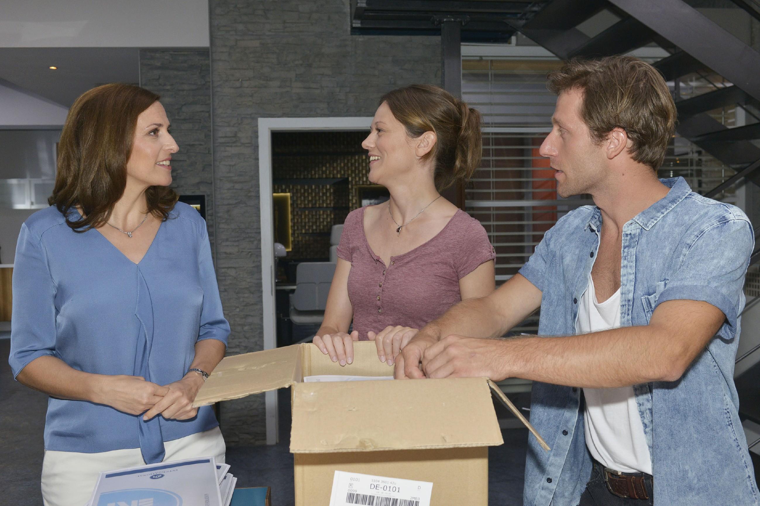 Katrin (Ulrike Frank, l.) will sich vor Sarah (Katja Sieder) und Bommel (Merlin Leonhardt) keine Blöße geben und nimmt die Hilfe von Sarah an.
