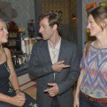 Bommel (Merlin Leonhardt) stellt Lilly (Iris Mareike Steen, l.) seine neue Freundin Sarah (Katja Sieder) vor.