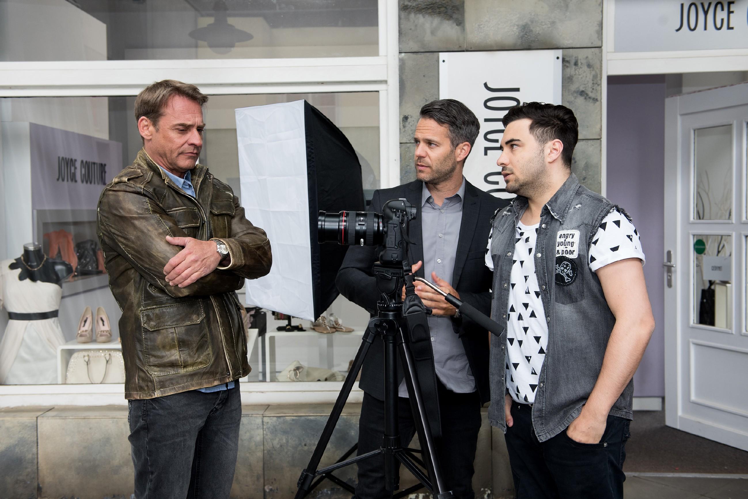 Rufus (Kai Noll, l.), Till (Ben Ruedinger, M.) und Easy (Lars Steinhöfel) sind frustriert, dass Britta sich nach dem Eklat beim Shooting erst recht weigert, ihr Bild aufs Buchcover zu bringen.