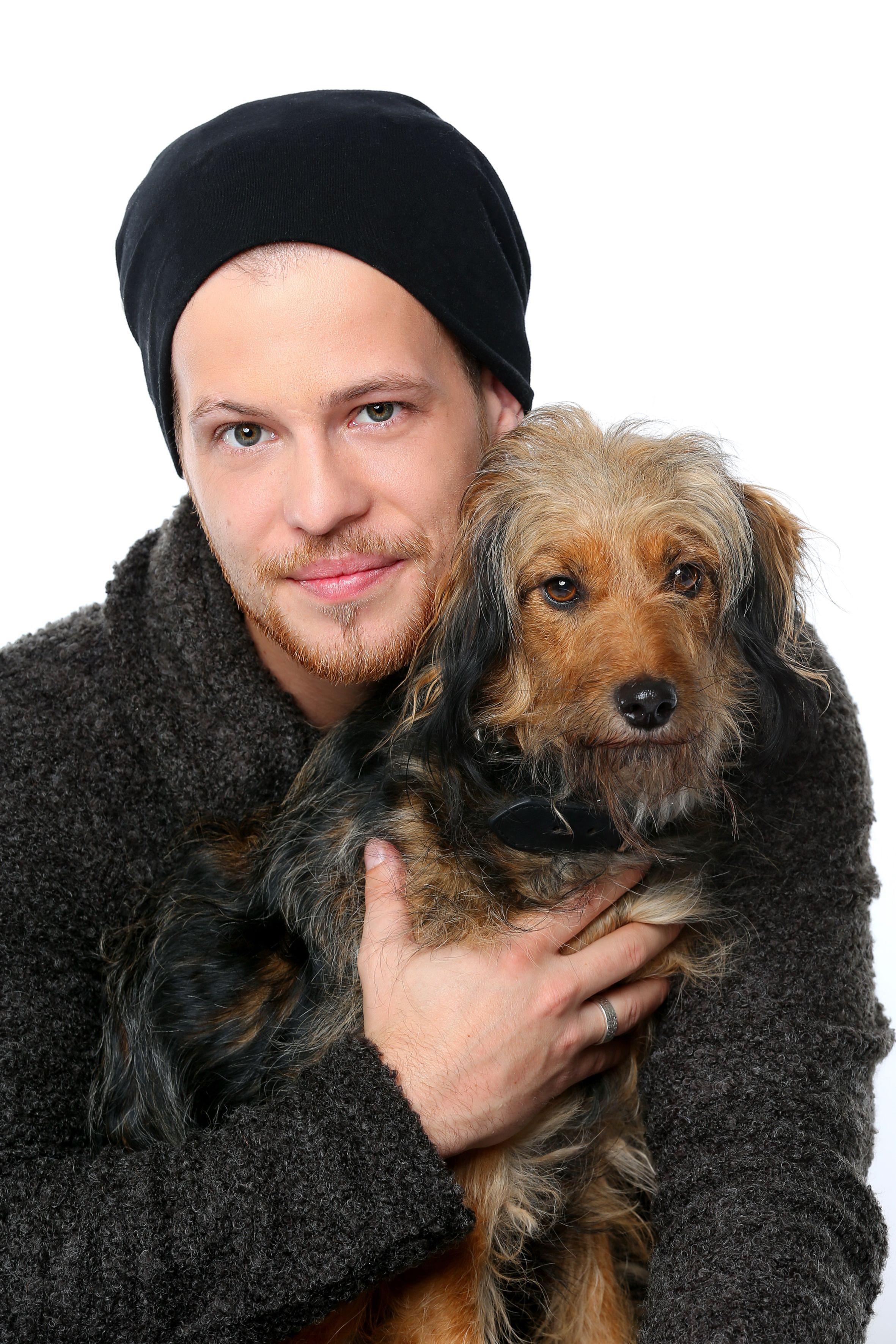"Tobias Lassner (Patrick Müller ) mit seinem Hund ""Stinker"""
