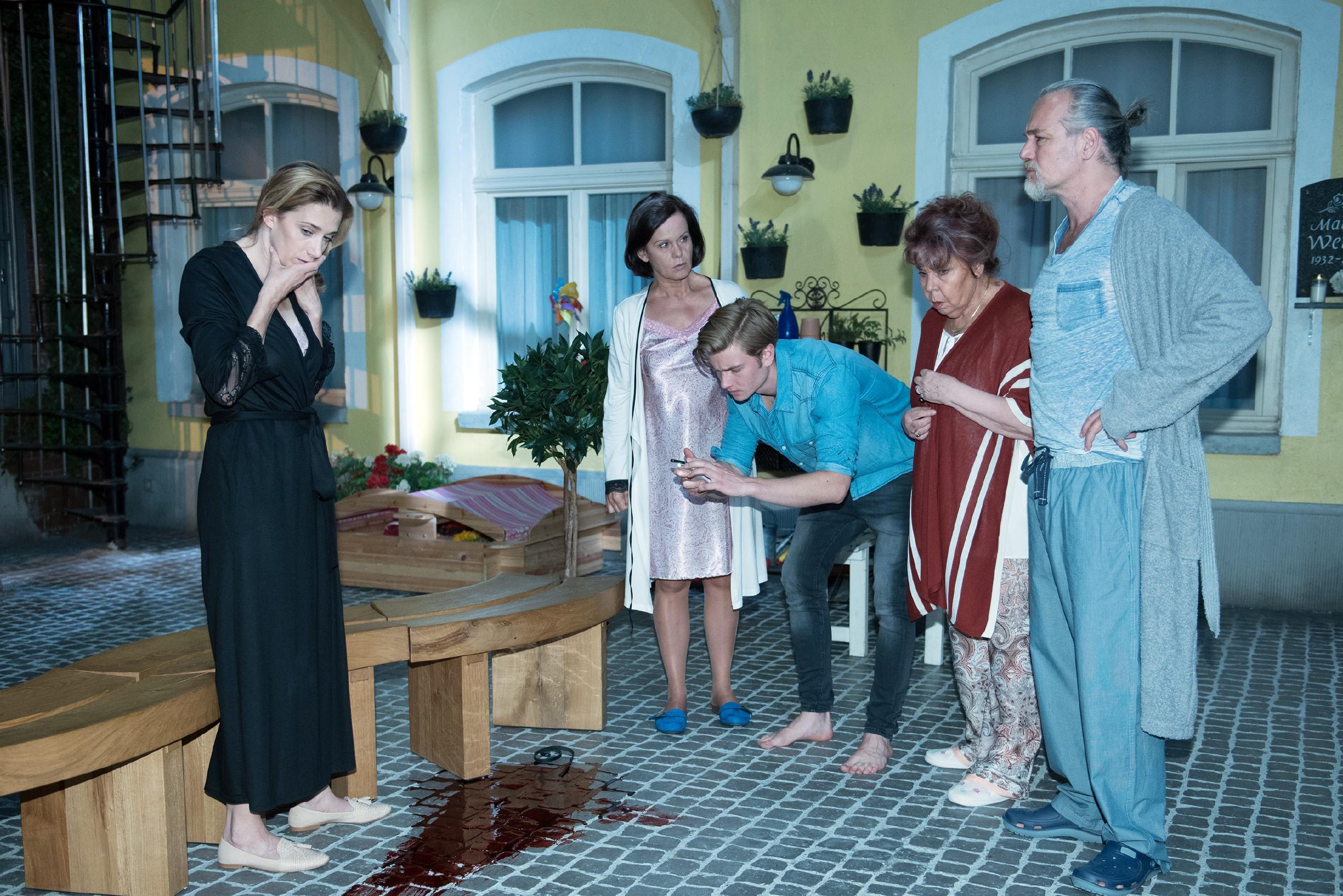 Roswitha (Andrea Brix, 2.v.r.) beharrt vor (v.l.) Andrea (Kristin Meyer), Irene (Petra Blossey), Valentin (Aaron Koszuta) und Robert (Luca Maric, r.) trotz fehlender Leiche darauf, dass ein Mord geschehen ist.