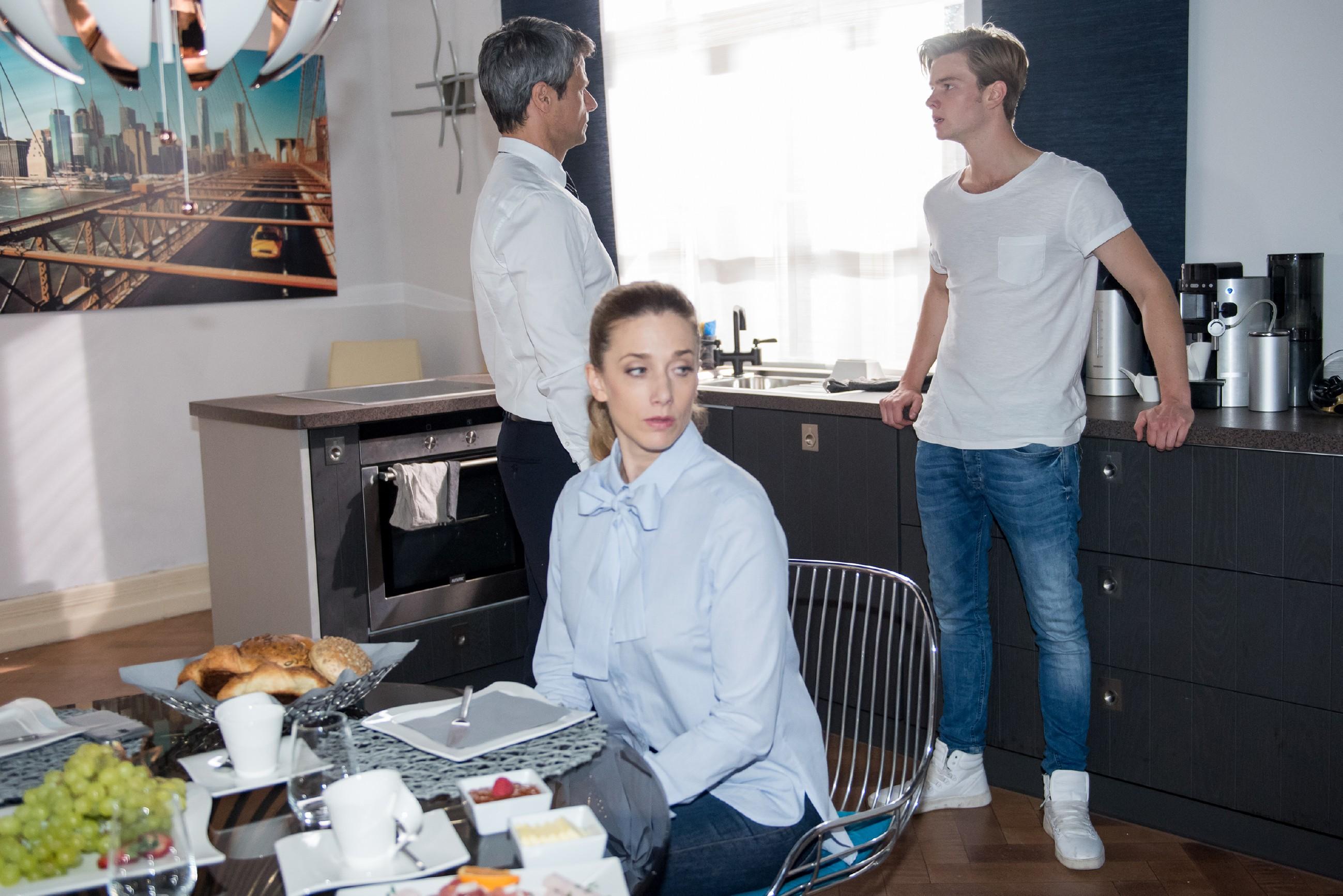 Andrea (Kristin Meyer) bekommt mit, wie Valentin (Aaron Koszuta, r.) vergeblich versucht, seinem arroganten Vater Benedikt (Jens Hajek) die Stirn zu bieten.