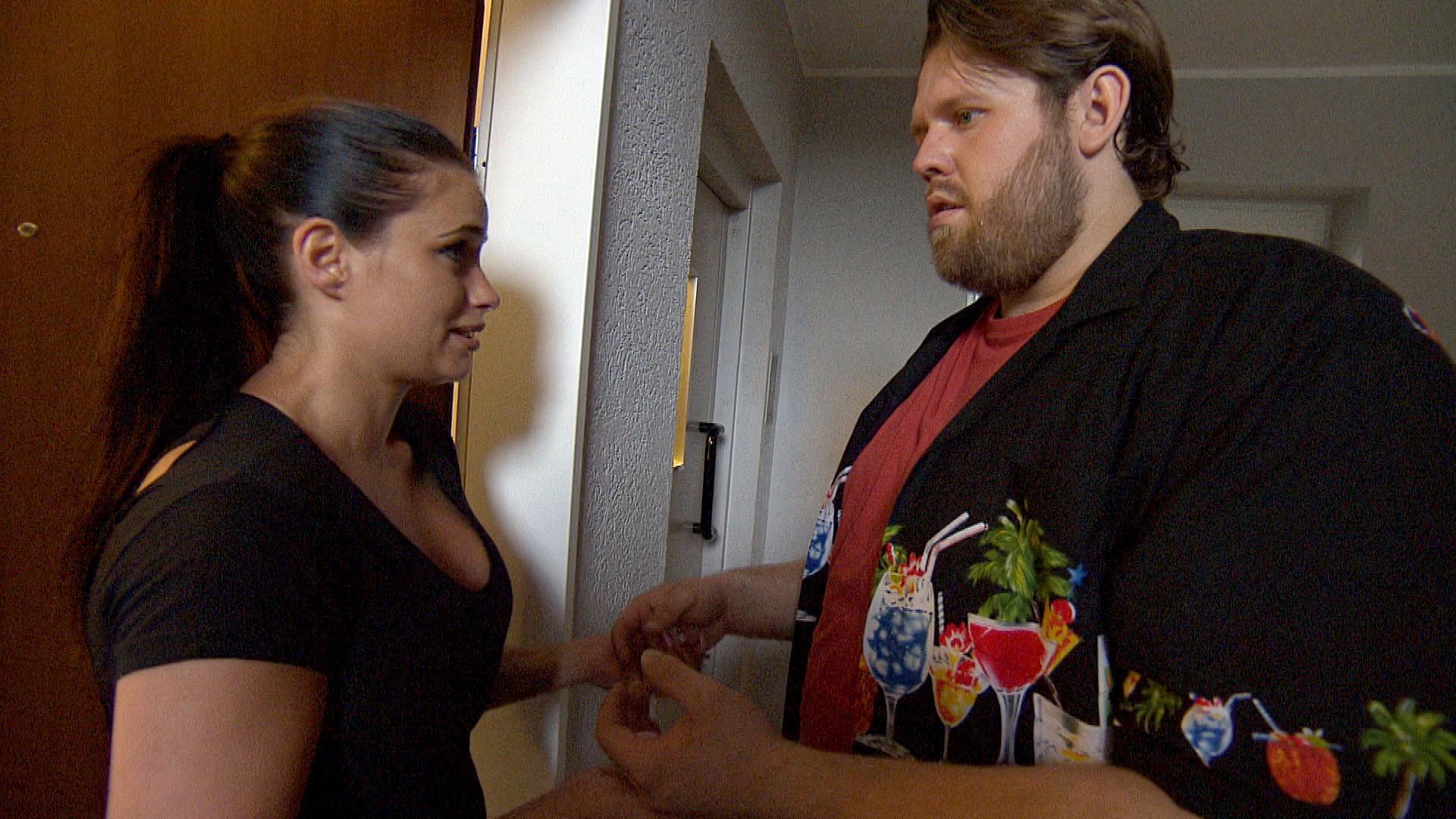 Jan (re.) ist fest entschlossen, Holly (li.) heute seine Liebe zu gestehen. (Quelle: RTL 2)
