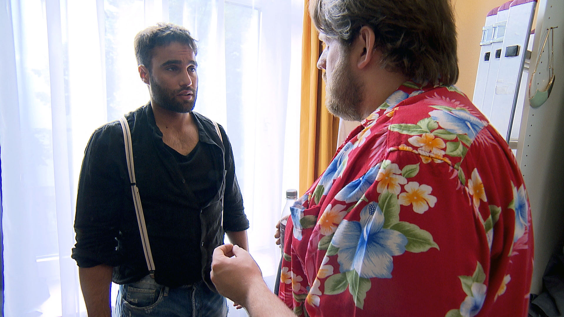 Diego (li.) ist überzeugt davon, dass Holly es nicht ehrlich mit Jan (re.) meint. (Quelle: RTL 2)