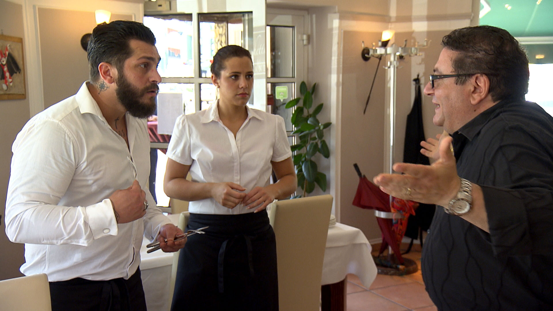 Sophia (mi.) und Bruno (li.) verstehen sich bei der Arbeit im Restaurant gut, als Francesco (re.) reinplatzt und Bruno des Diebstahls beschuldigt. (Quelle: RTL 2)