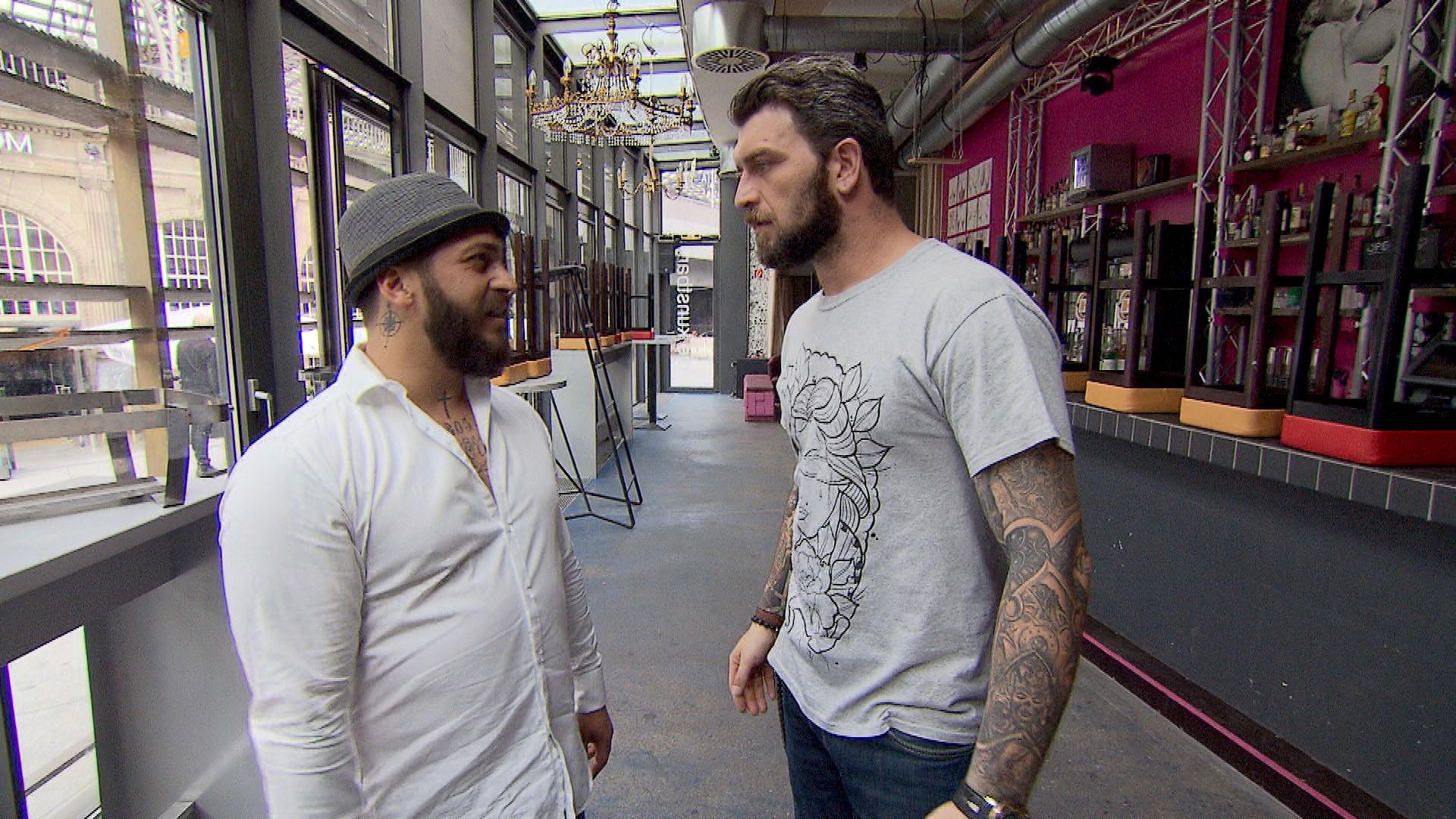 Als Alex morgens in der Kunstbar unvermittelt auf Bruno trifft, reagiert er total über. (Quelle: RTL 2)