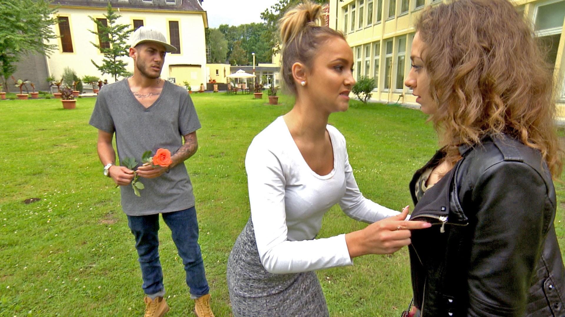 Lina (mi.) versucht Elli (re.) von Marek (li.) fernzuhalten... (Quelle: RTL 2)