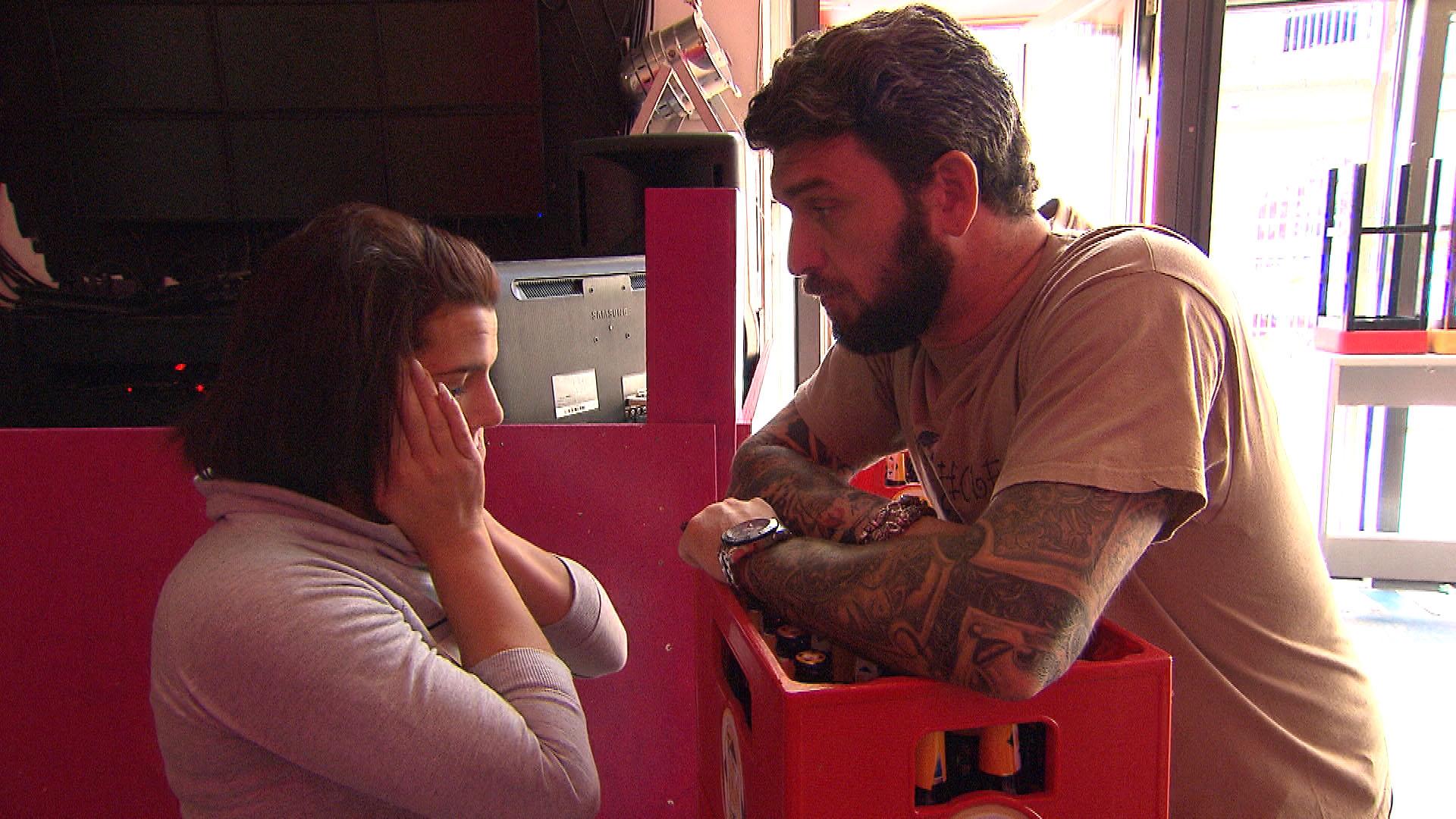 Als Alex,re. mit Sophia,li. aneinandergerät, weil diese sich weigert (Bruno) aufzugeben, (Quelle: RTL 2)