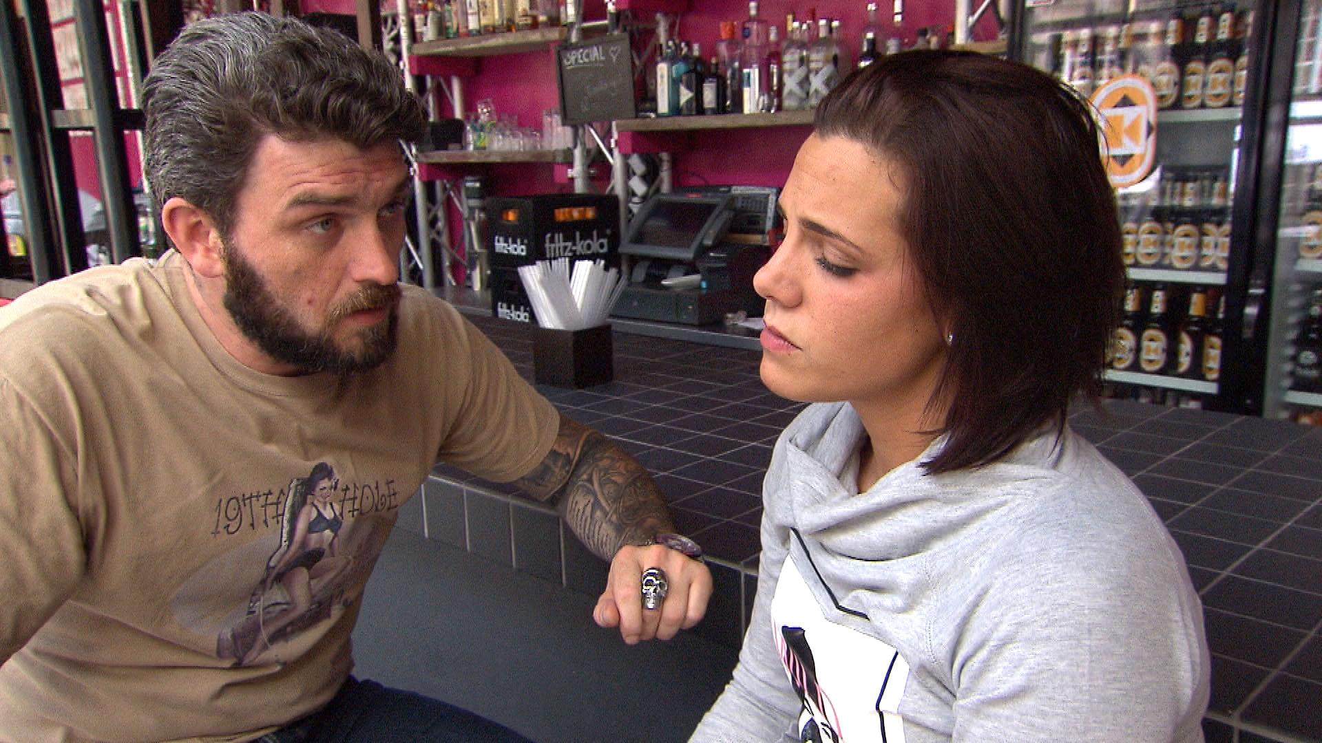 Als Alex,li. mit Sophia,re. aneinandergerät, weil diese sich weigert (Bruno) aufzugeben, (Quelle: RTL 2)