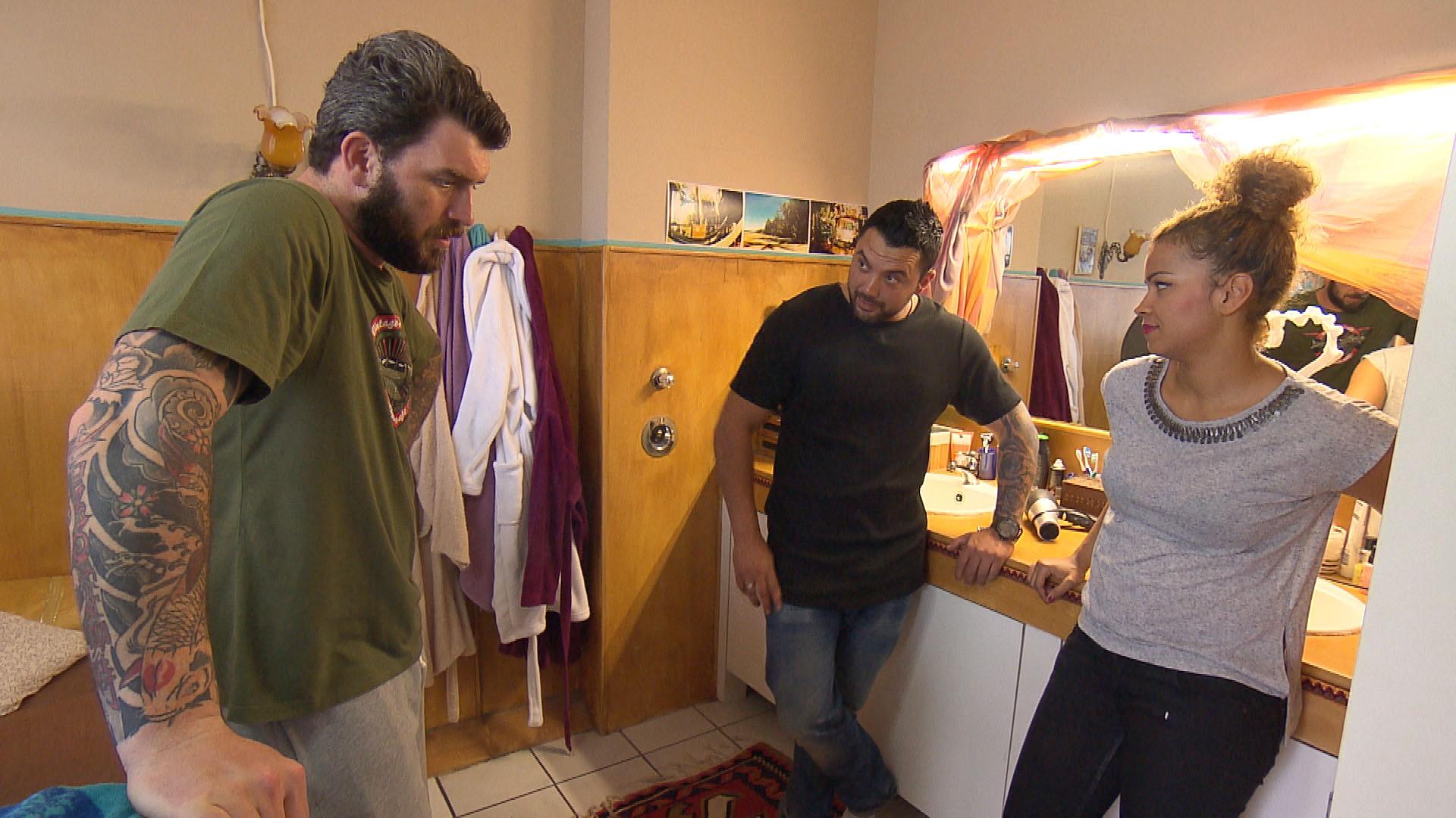 Alex,li. ist schon wieder ziemlich genervt von Sams,re. und Manus,Mi. Pärchen-Verhalten und würde die beiden am liebsten vor die Tür setzen. (Quelle: RTL 2)