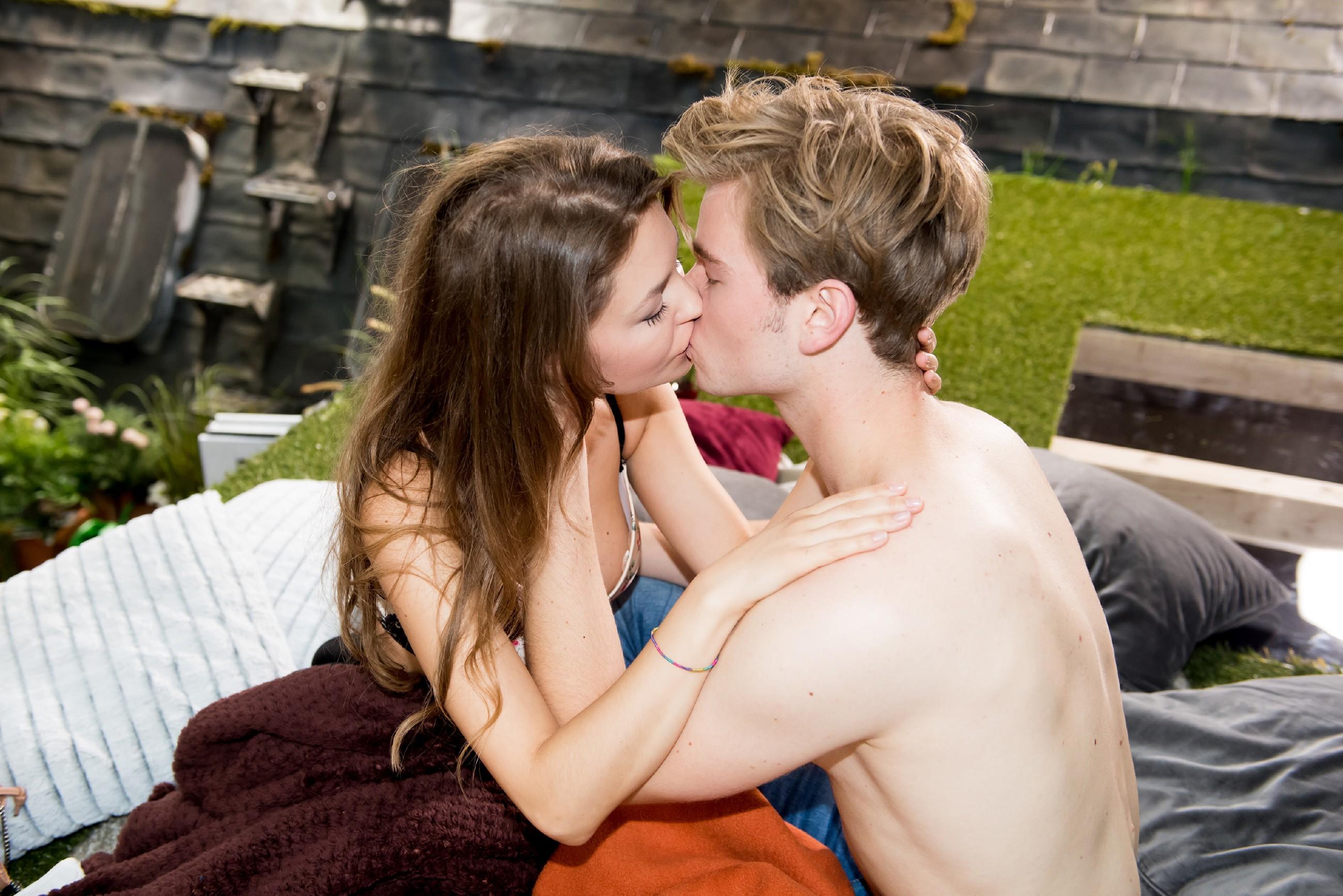 Jule (Amrei Haardt) und Valentin (Aaron Koszuta) haben in romantischer Atmosphäre Sex. (Quelle: RTL / Stefan Behrens)