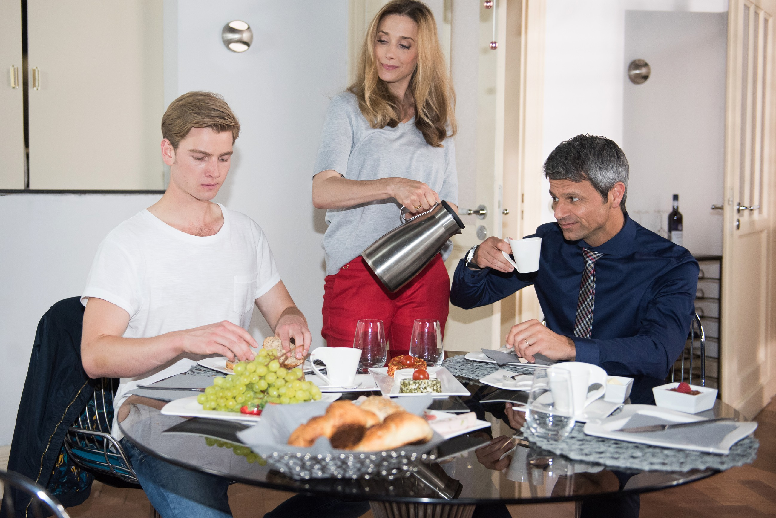 Valentin (Aaron Koszuta, l.) hat im Wissen um sein heimliches Doppelleben auch bei seinen Eltern Andrea (Kristin Meyer) und Benedikt (Jens Hajek) Oberwasser. (Quelle: RTL / Stefan Behrens)