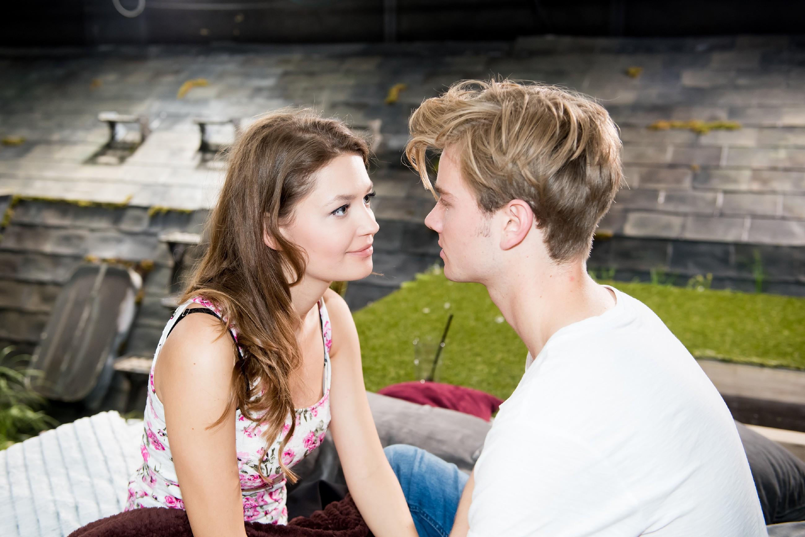 Als Jule (Amrei Haardt) von Valentins (Aaron Koszuta) veränderten Auftreten sehr angetan ist, geht Valentin aufs Ganze und die beiden werden ein Paar. (Quelle: RTL / Stefan Behrens)
