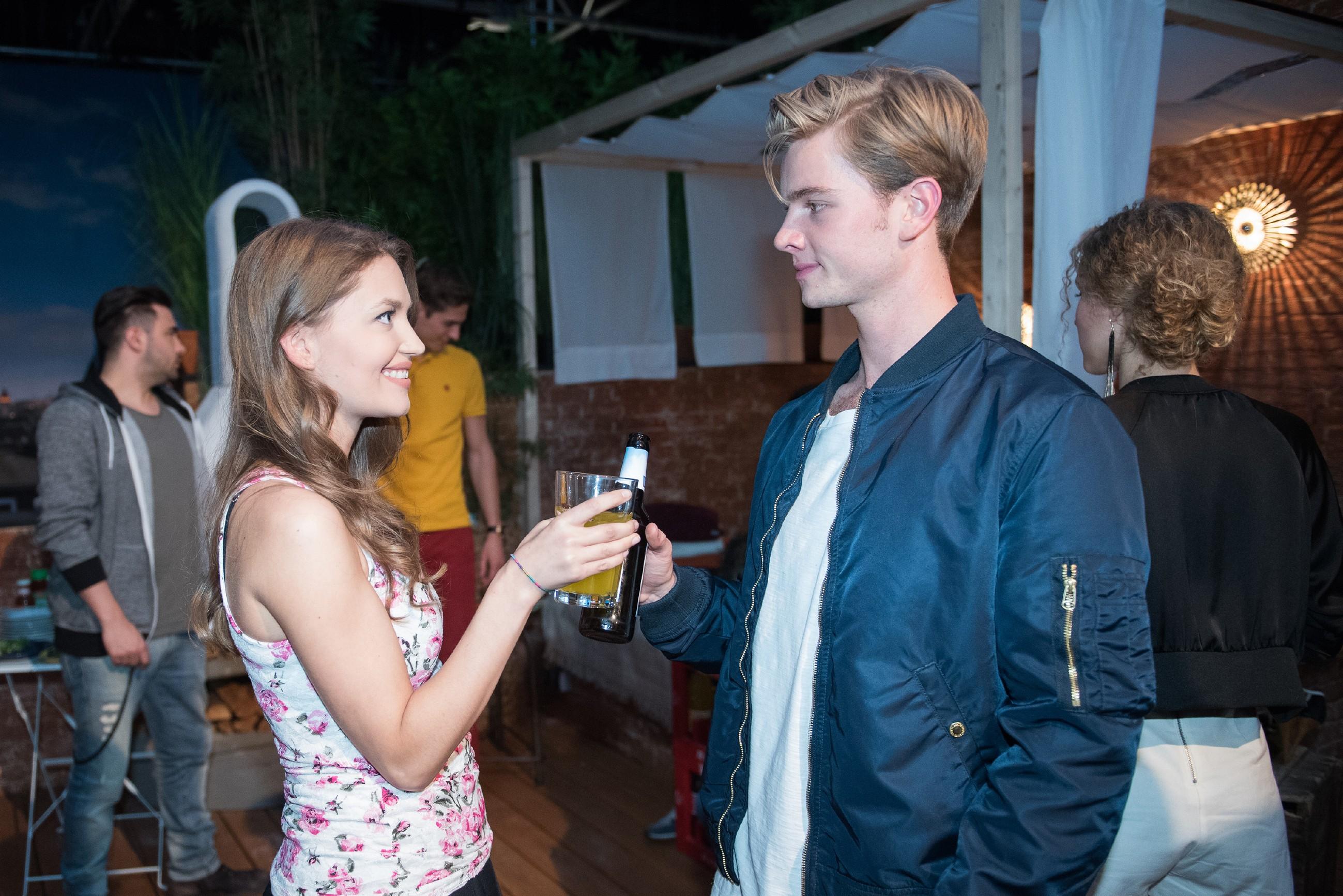 Jule (Amrei Haardt) ist von Valentins (Aaron Koszuta) neuem Selbstbewusstsein beeindruckt. (Quelle: RTL / Stefan Behrens)