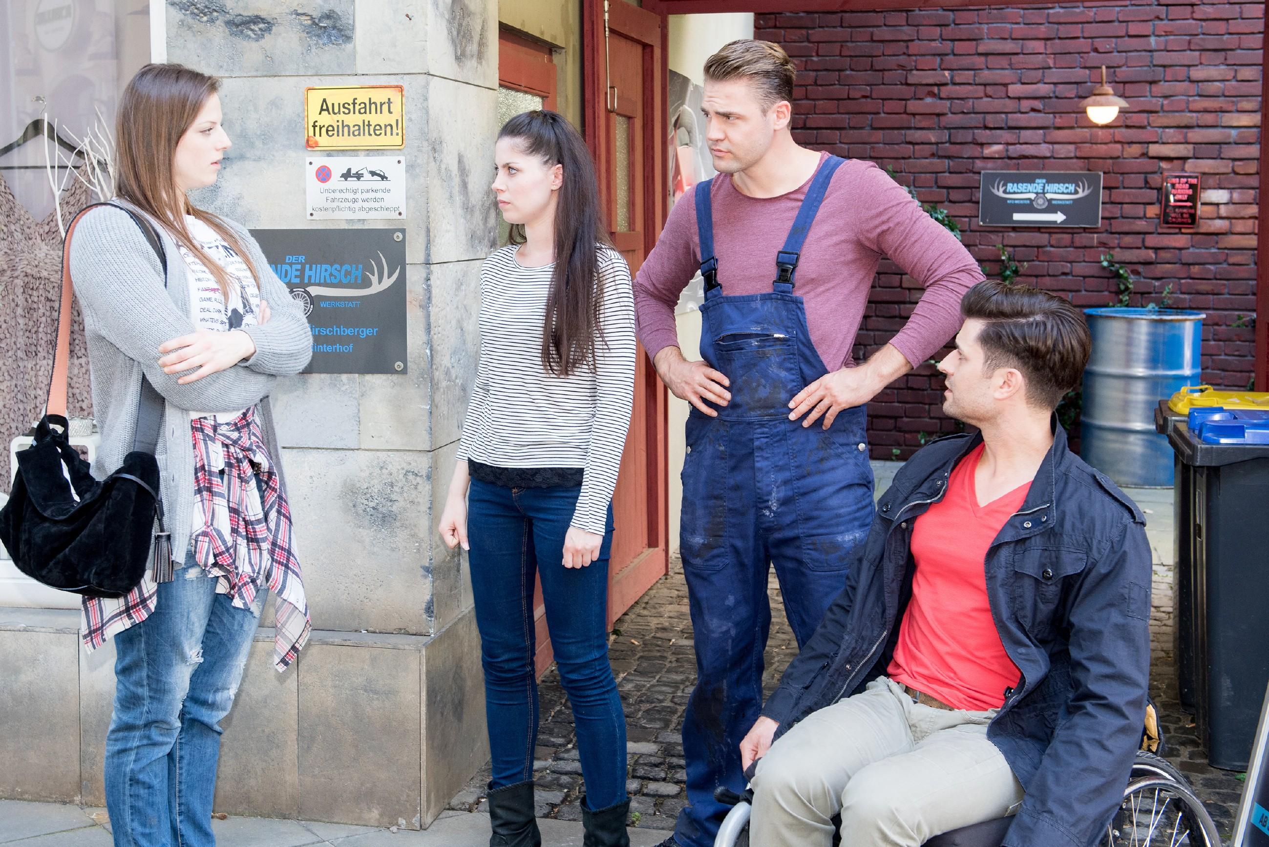 Sina (Valea Katharina Scalabrino, 2.v.l.) ist gekränkt, als Elli (Nora Koppen) ihr im Beisein von Bambi (Benjamin Heinrich, 2.v.r.) und Paco (Milos Vukovic) weiterhin die kalte Schulter zeigt. (Quelle: RTL / Stefan Behrens)