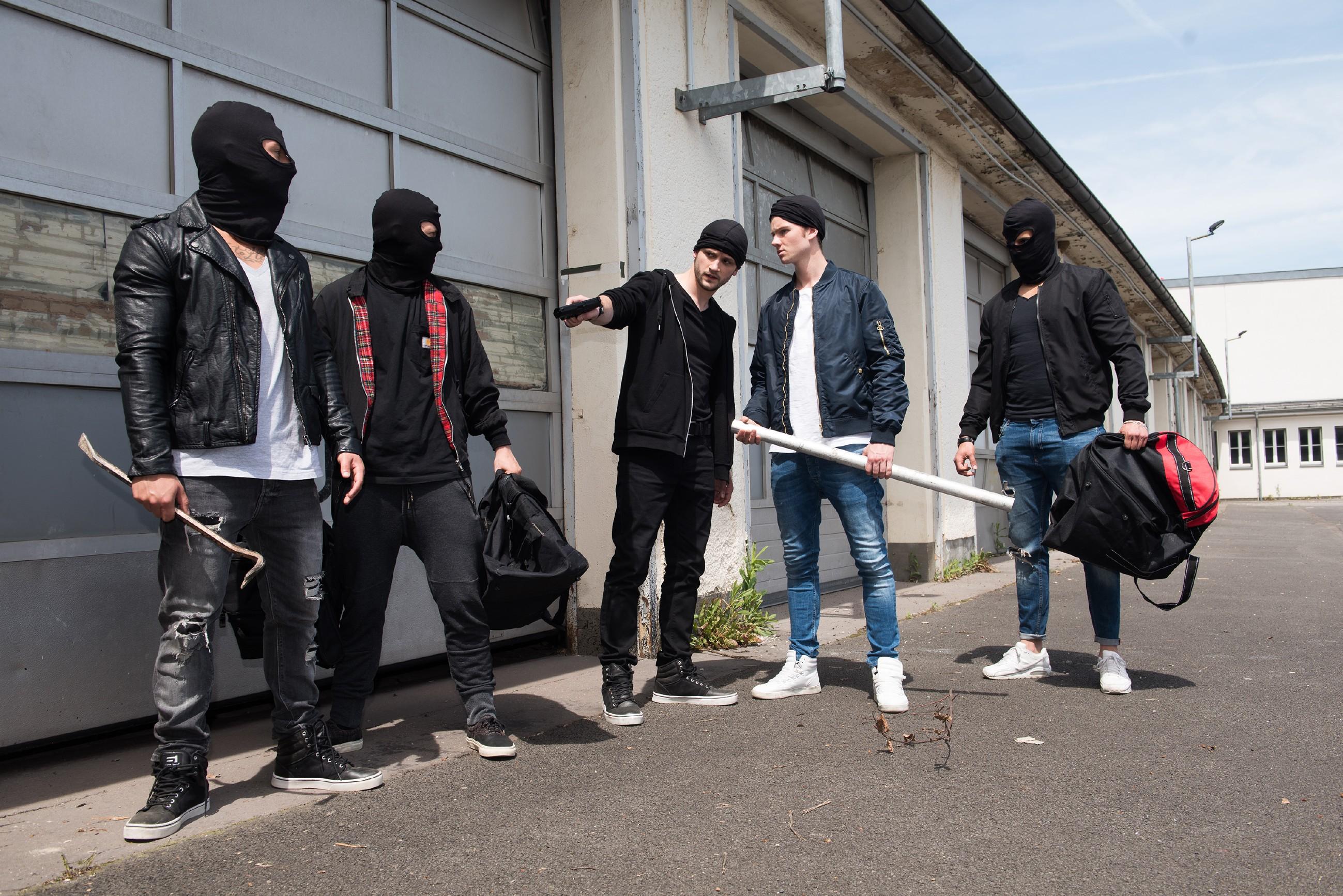 Valentin (Aaron Koszuta, 2.v.r.) wird von Mario (Arne Rudolf, M.) und seiner Gang (Komparsen) dazu gezwungen, sich an dem Einbruch zu beteiligen. (Quelle: RTL / Stefan Behrens)