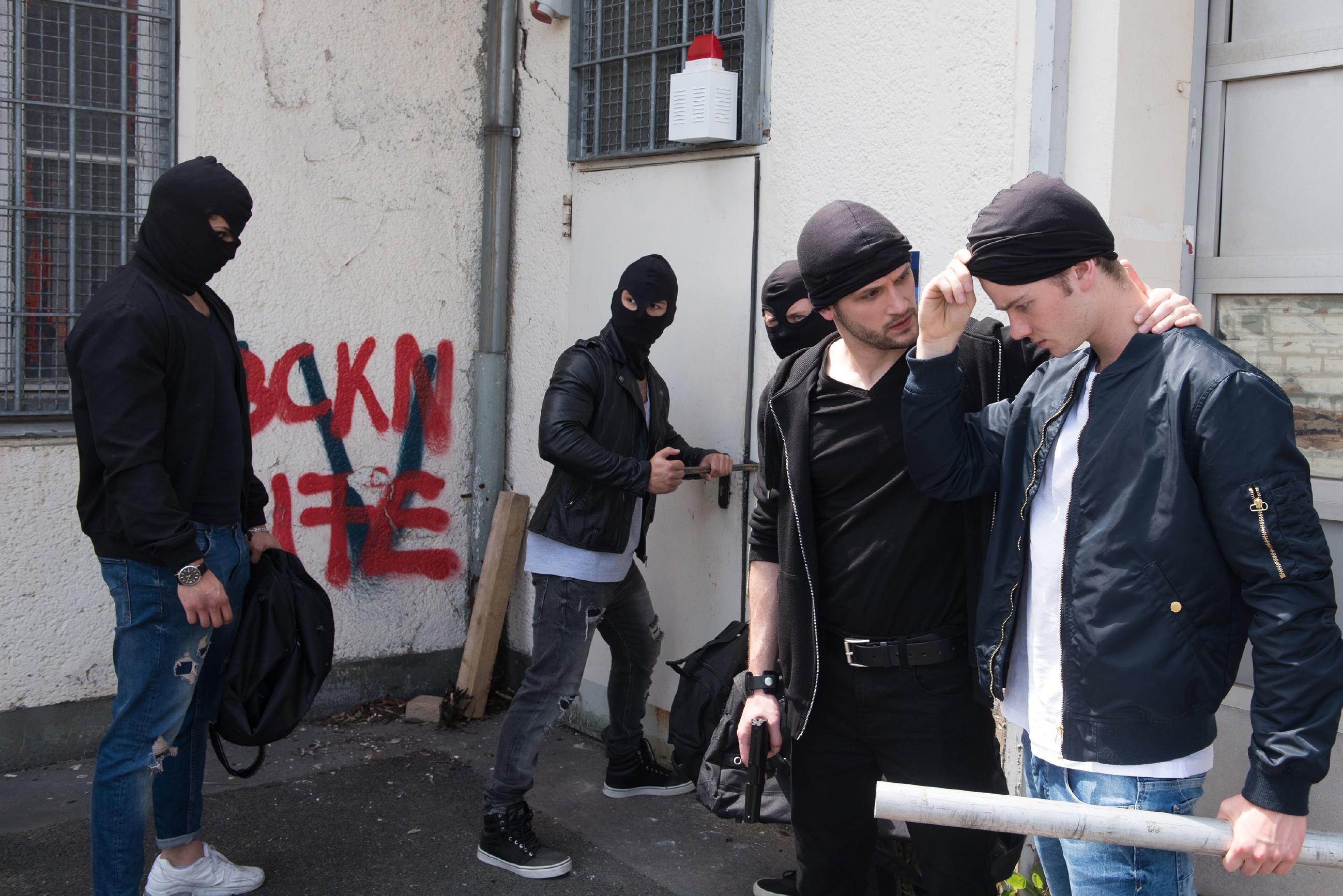 Valentin (Aaron Koszuta, r.) wird von Mario (Arne Rudolf, 2.v.r.) und seiner Gang (Komparsen) dazu gezwungen, sich an dem Einbruch zu beteiligen. (Quelle: RTL / Stefan Behrens)