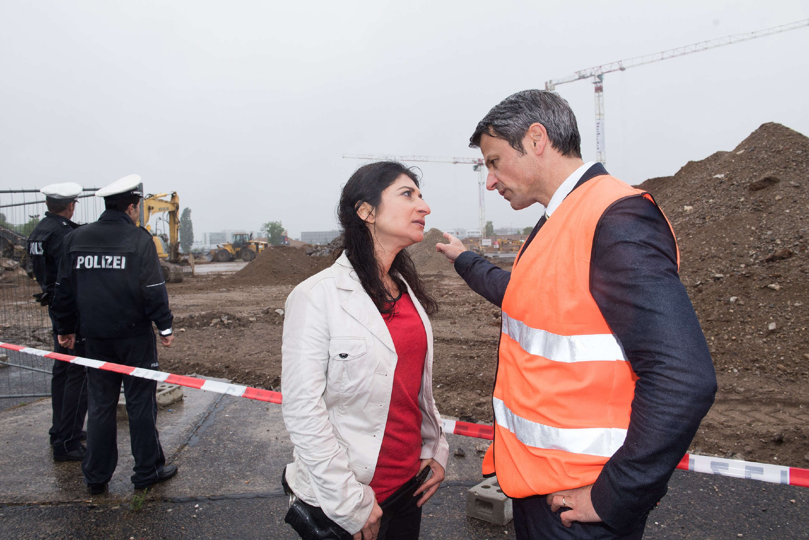 Benedikt (Jens Hajek) kocht vor Wut, weil Kommissarin Özer (Yasemin Kayik) seine Baustelle lahmgelegt hat, um dort nach Fionas Leiche zu suchen. (Quelle: Foto: RTL / Stefan Behrens)