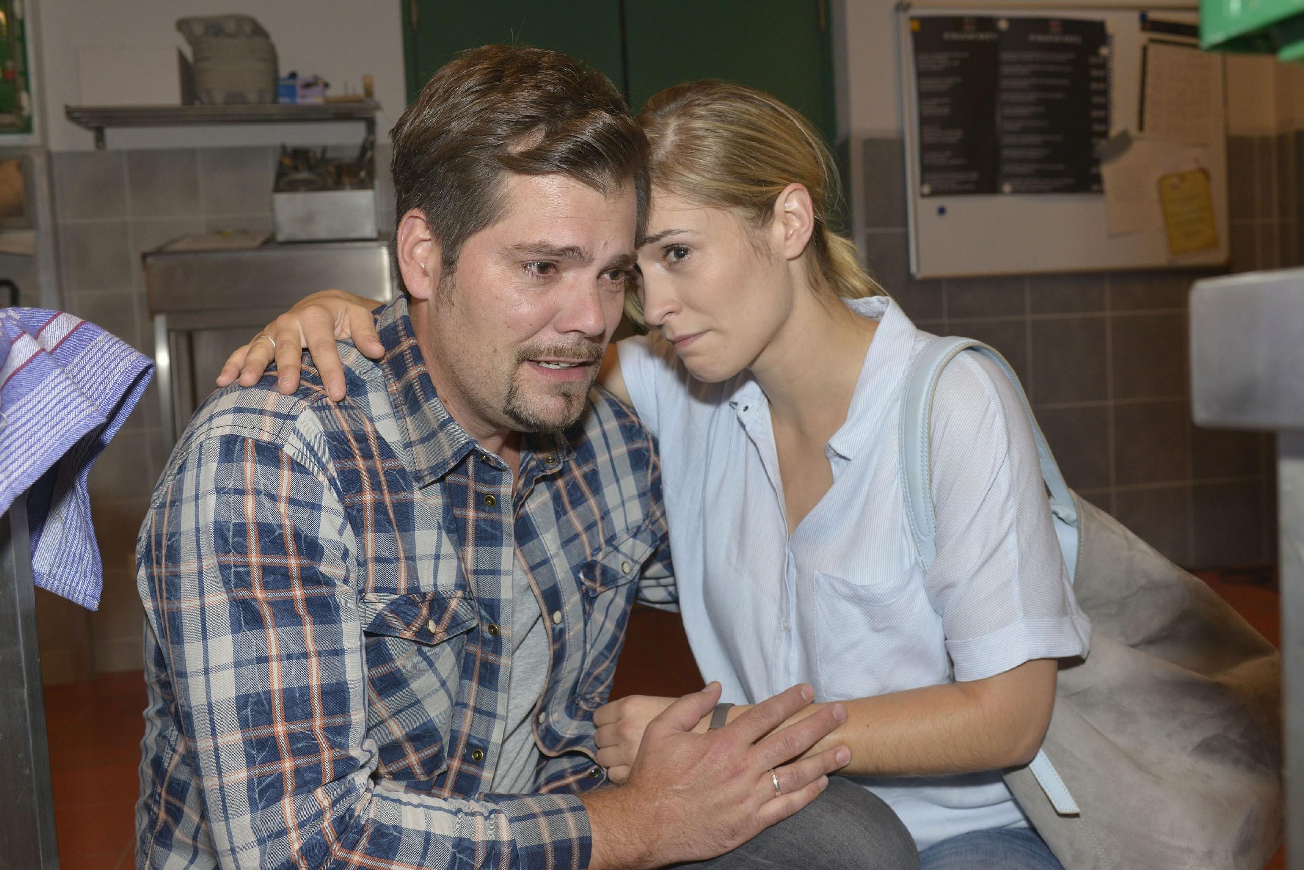 Leon (Daniel Fehlow) und Sophie (Lea Marlen Woitack) müssen geschockt verarbeiten, dass ihr ungeborenes Baby an einem Chromosomendefekt leidet und offenbar nicht lebensfähig ist... (Quelle: RTL / Rolf Baumgartner)