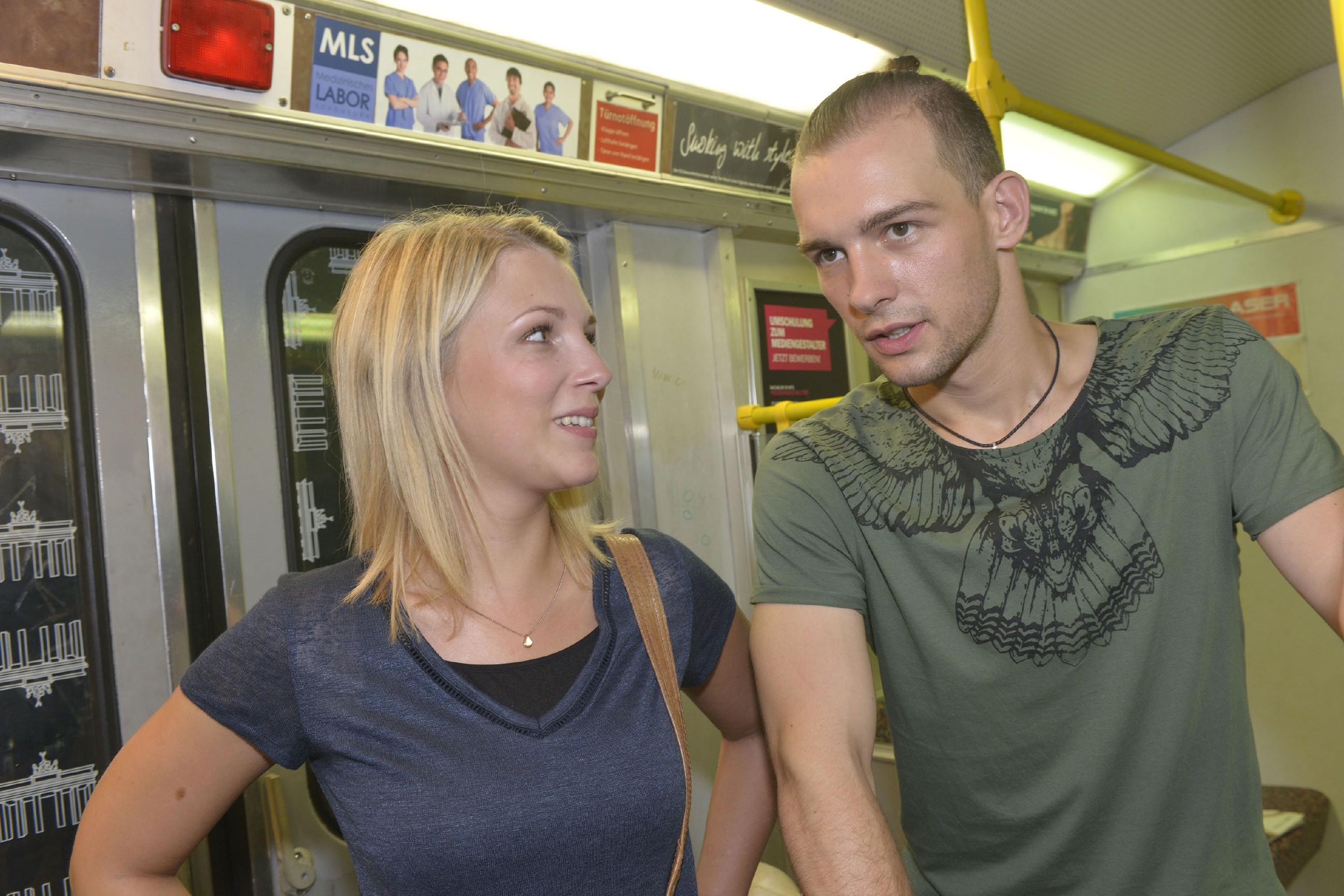 Lilly (Iris Mareike Steen) wird klar, dass Chris (Eric Stehfest) über beide Ohren in Sunny verliebt ist. (Quelle: RTL / Rolf Baumgartner)