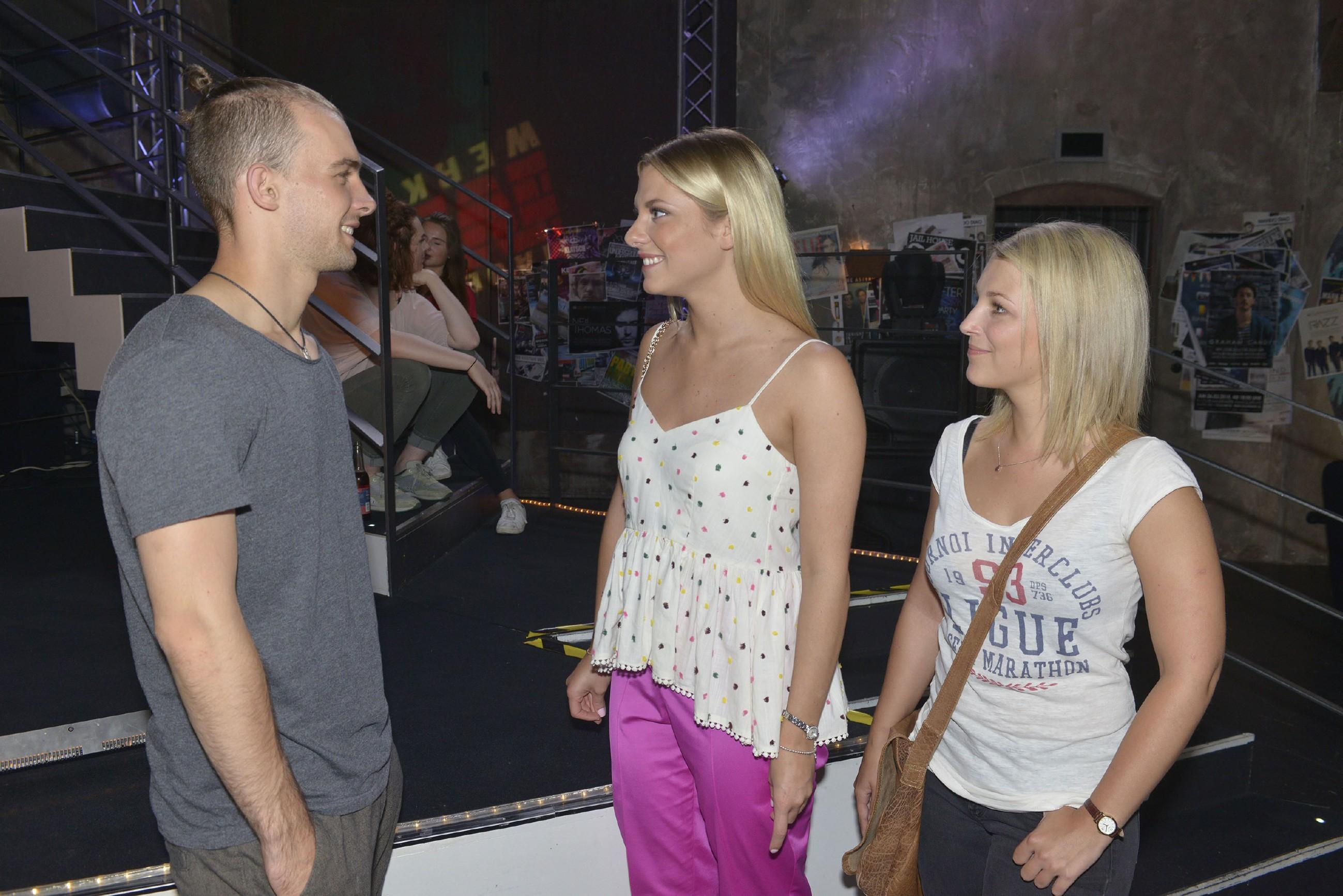 Chris (Eric Stehfest) kann seine Gefühle für Sunny (Valentina Pahde, M.) auch vor Lilly (Iris Mareike Steen) kaum verbergen. (Quelle: RTL / Rolf Baumgartner)